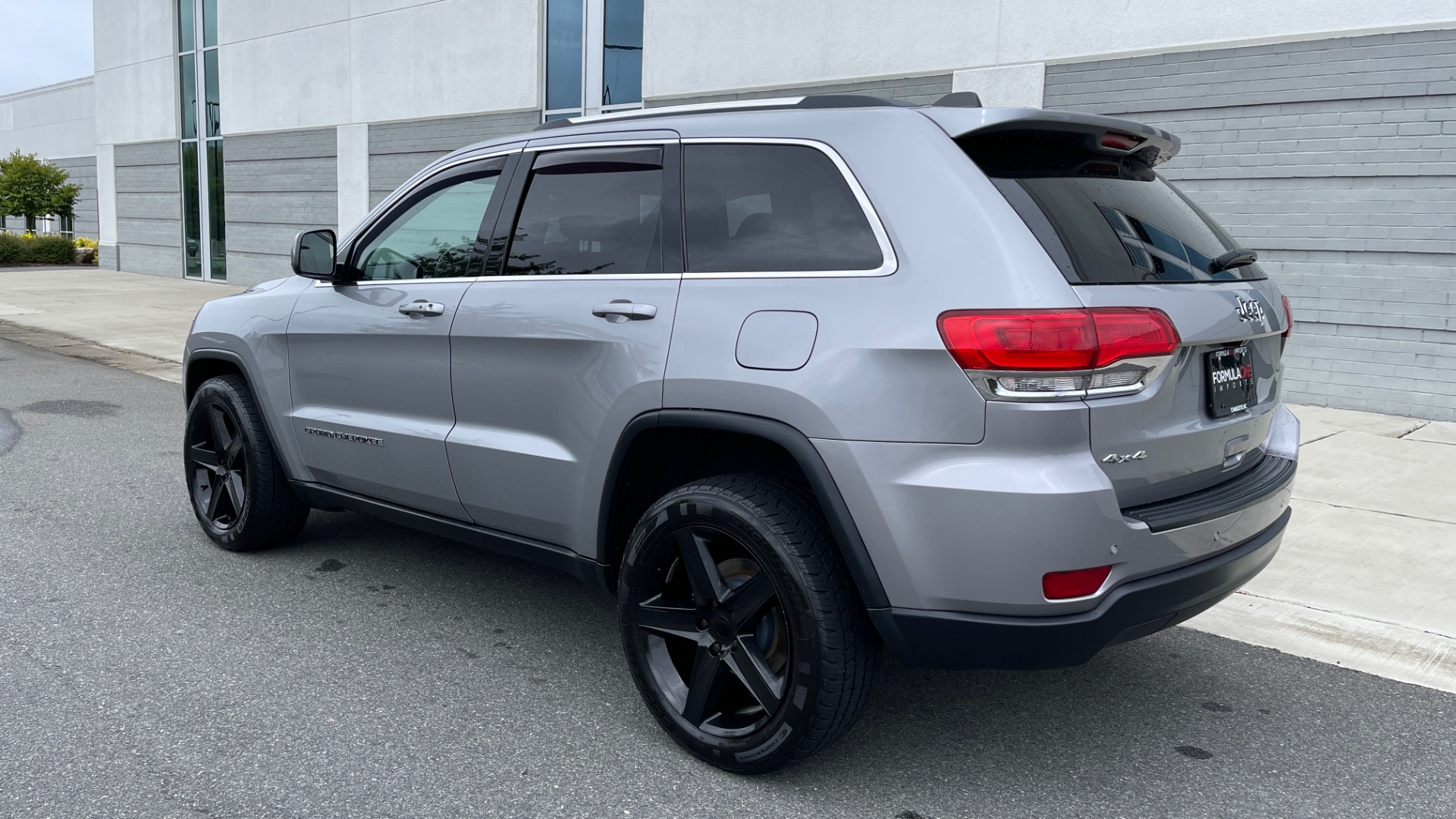 Used 2017 Jeep GRAND CHEROKEE LAREDO E 4X4 / KEYLESS-GO / 8.4IN TOUCH SCREEN / REARVIEW for sale $27,595 at Formula Imports in Charlotte NC 28227 5