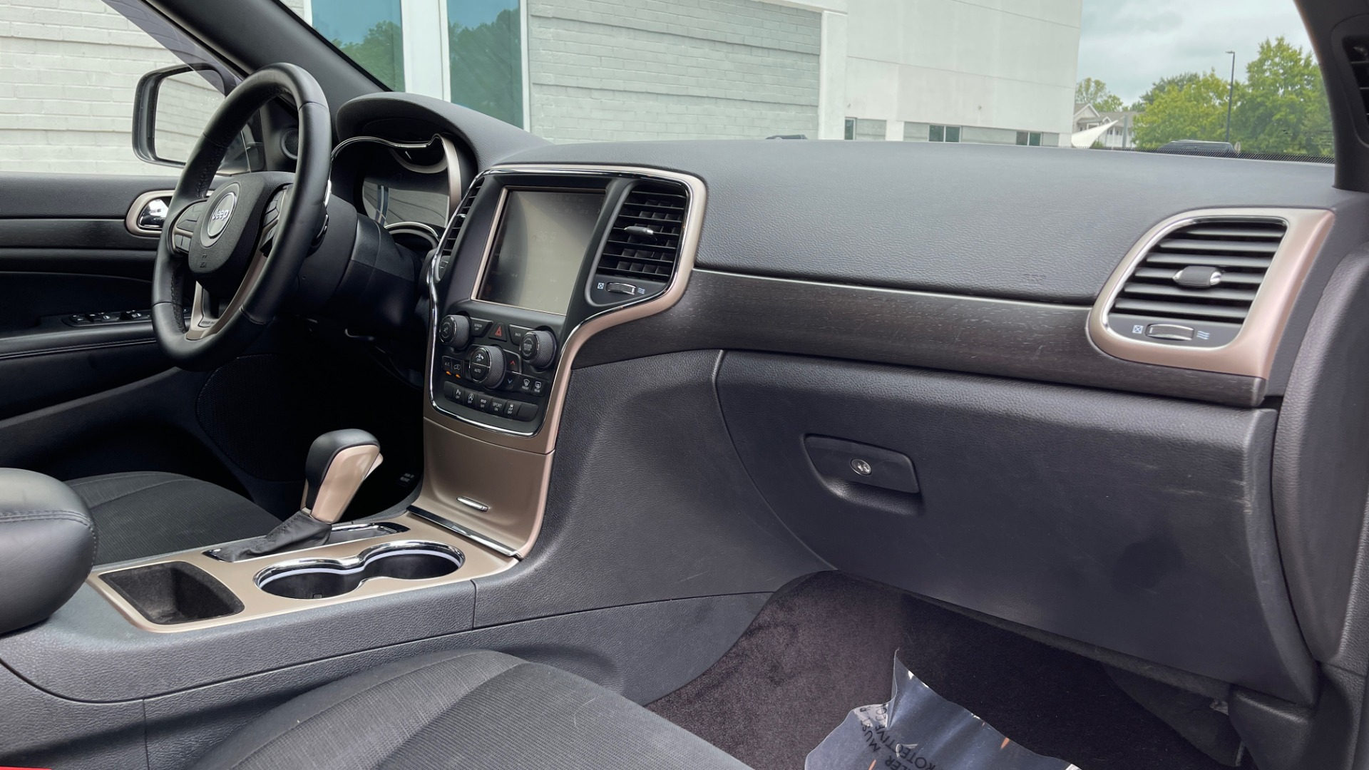 Used 2017 Jeep GRAND CHEROKEE LAREDO E 4X4 / KEYLESS-GO / 8.4IN TOUCH SCREEN / REARVIEW for sale $27,595 at Formula Imports in Charlotte NC 28227 55