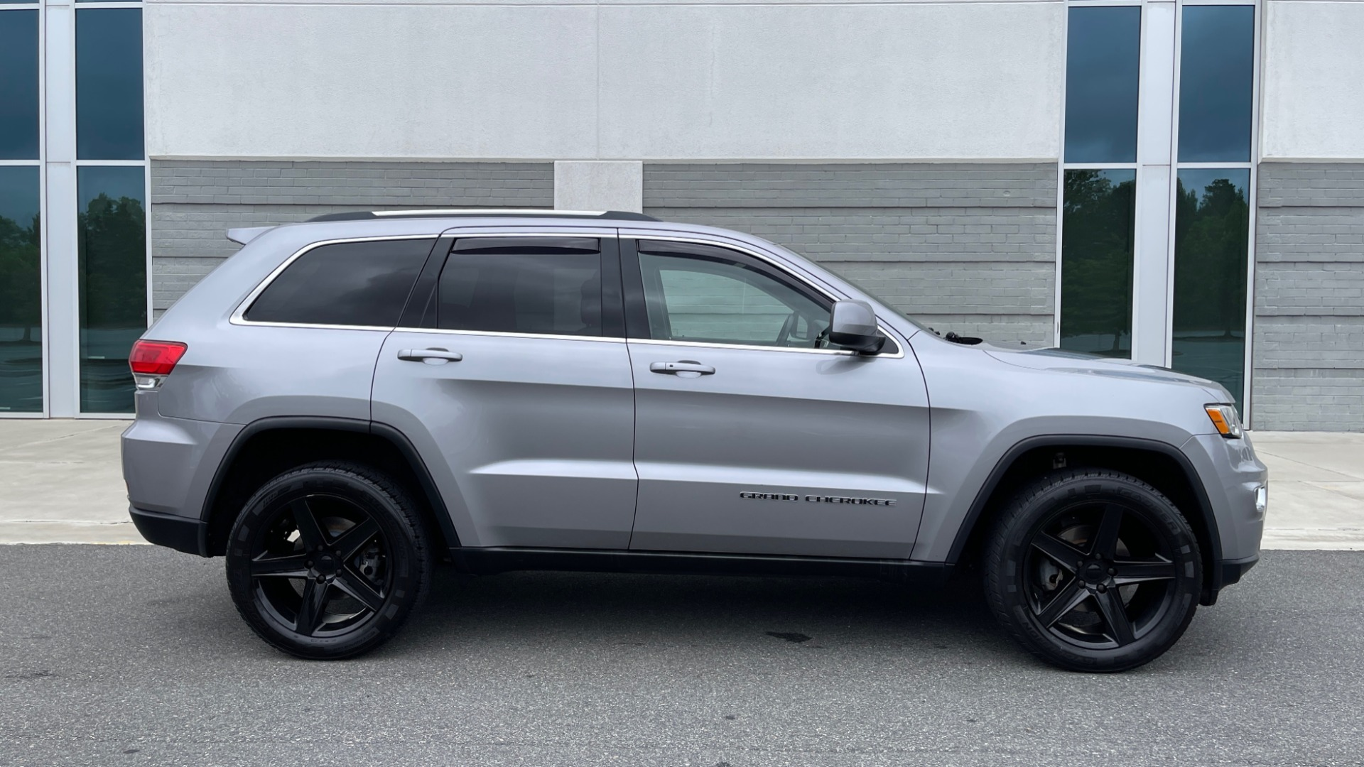 Used 2017 Jeep GRAND CHEROKEE LAREDO E 4X4 / KEYLESS-GO / 8.4IN TOUCH SCREEN / REARVIEW for sale $27,595 at Formula Imports in Charlotte NC 28227 7