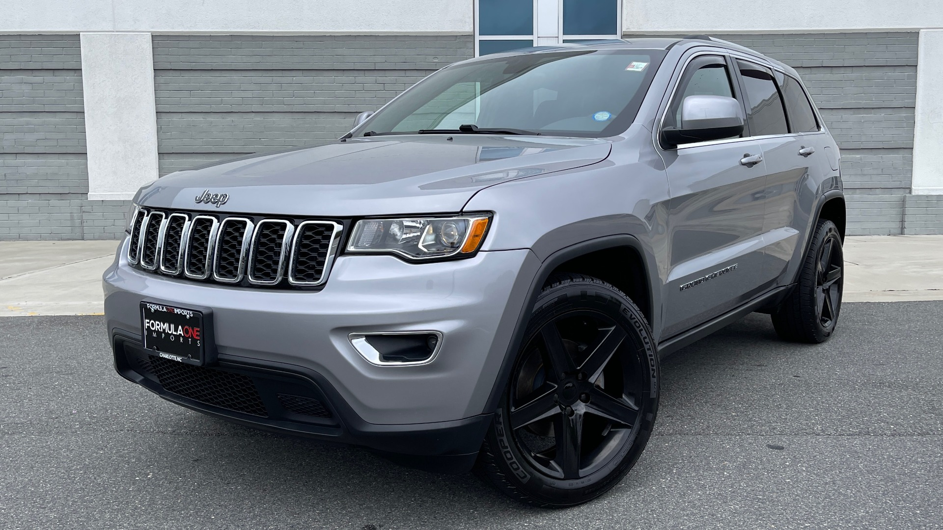 Used 2017 Jeep GRAND CHEROKEE LAREDO E 4X4 / KEYLESS-GO / 8.4IN TOUCH SCREEN / REARVIEW for sale $27,595 at Formula Imports in Charlotte NC 28227 1