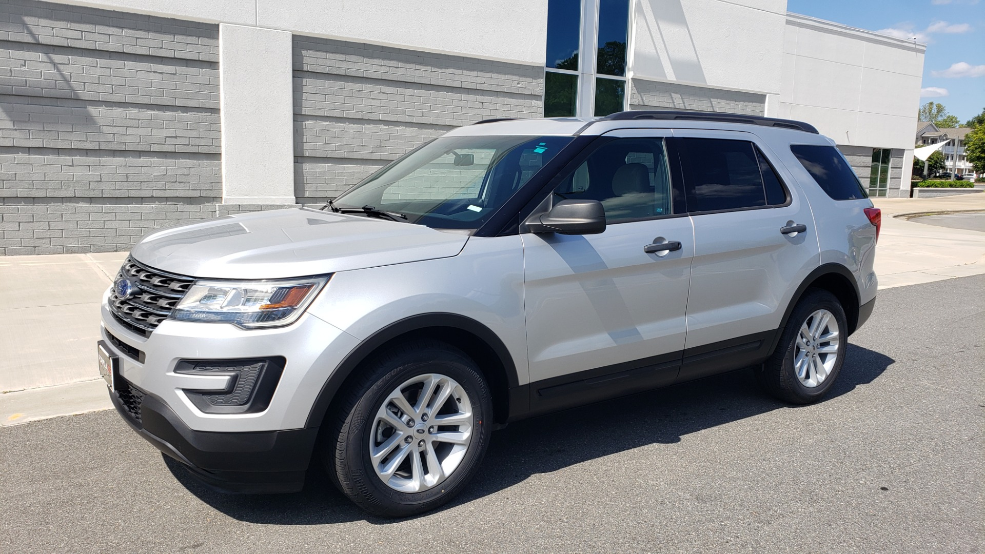 Used 2017 Ford EXPLORER 3.5L V6 / 6-SPD AUTO / BLIND SPOT MONITOR / 3-ROW / SYNC / REARVIEW for sale $22,995 at Formula Imports in Charlotte NC 28227 4