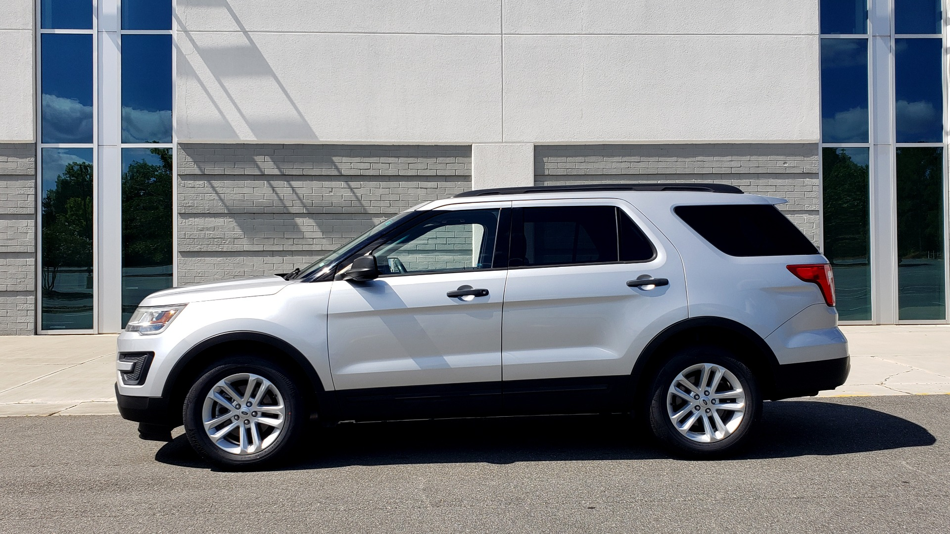 Used 2017 Ford EXPLORER 3.5L V6 / 6-SPD AUTO / BLIND SPOT MONITOR / 3-ROW / SYNC / REARVIEW for sale $22,995 at Formula Imports in Charlotte NC 28227 5