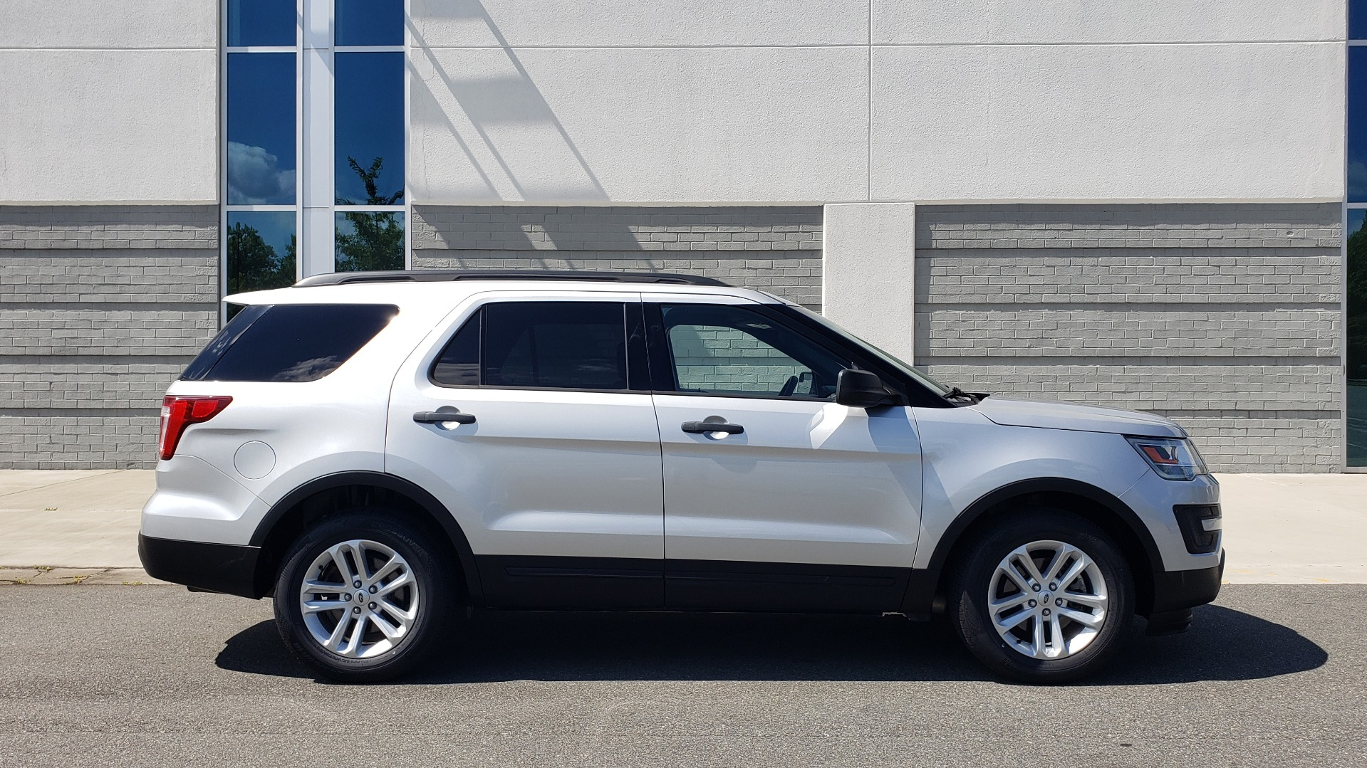 Used 2017 Ford EXPLORER 3.5L V6 / 6-SPD AUTO / BLIND SPOT MONITOR / 3-ROW / SYNC / REARVIEW for sale $22,995 at Formula Imports in Charlotte NC 28227 9