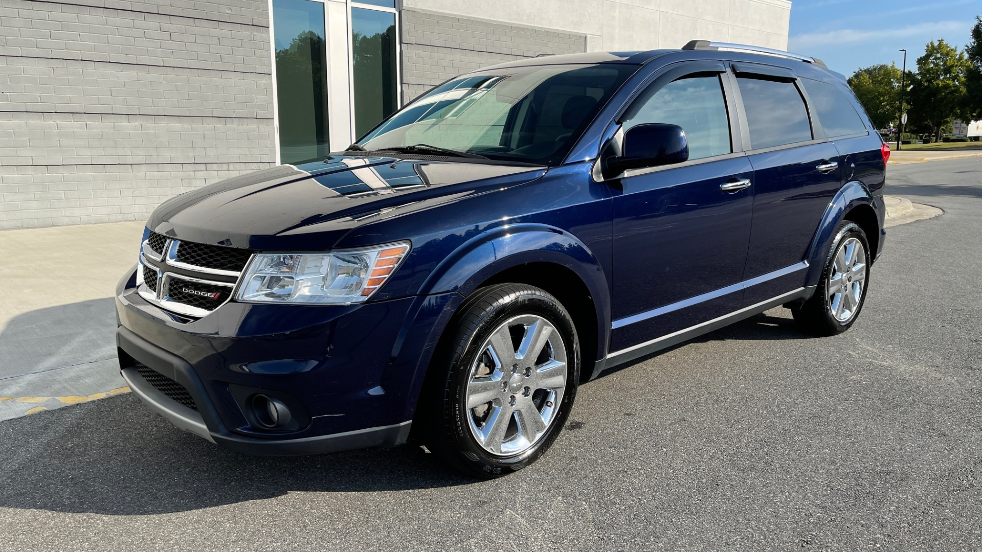 Used 2017 Dodge JOURNEY SXT PREMIUM / 2.4L / 4-SPD AUTO / KEYLESS-GO / 3-ROW / 19IN WHEELS for sale $15,995 at Formula Imports in Charlotte NC 28227 3