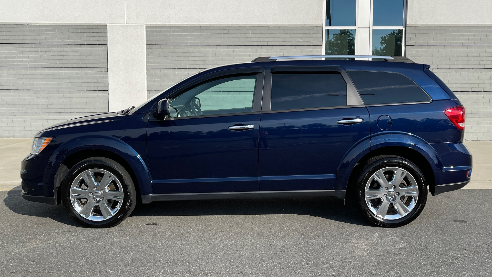 Used 2017 Dodge JOURNEY SXT PREMIUM / 2.4L / 4-SPD AUTO / KEYLESS-GO / 3-ROW / 19IN WHEELS for sale $15,995 at Formula Imports in Charlotte NC 28227 4