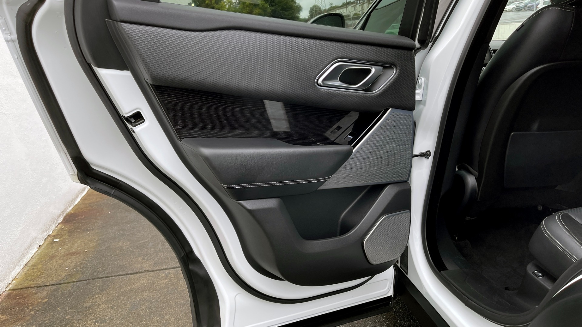 Used 2018 Land Rover RANGE ROVER VELAR R-DYNAMIC SE / NAV / PREM / MERIDIAN / SUNROOF / REARVIEW for sale $54,995 at Formula Imports in Charlotte NC 28227 50