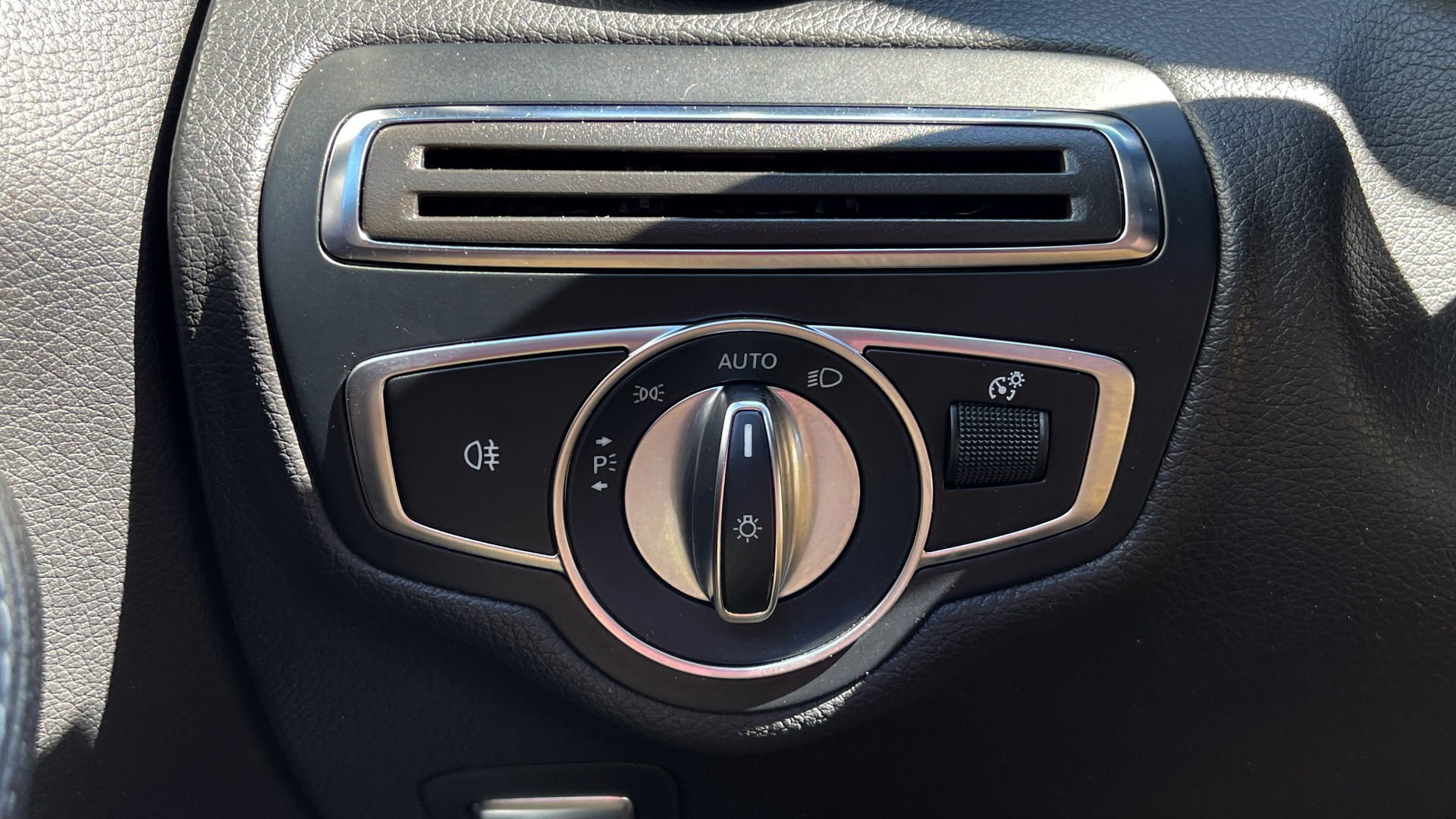 Used 2018 Mercedes-Benz C-CLASS C 300 PREMIUM / APPLE CARPLAY / KEYLESS-GO / SUNROOF / REARVIEW for sale $32,995 at Formula Imports in Charlotte NC 28227 27