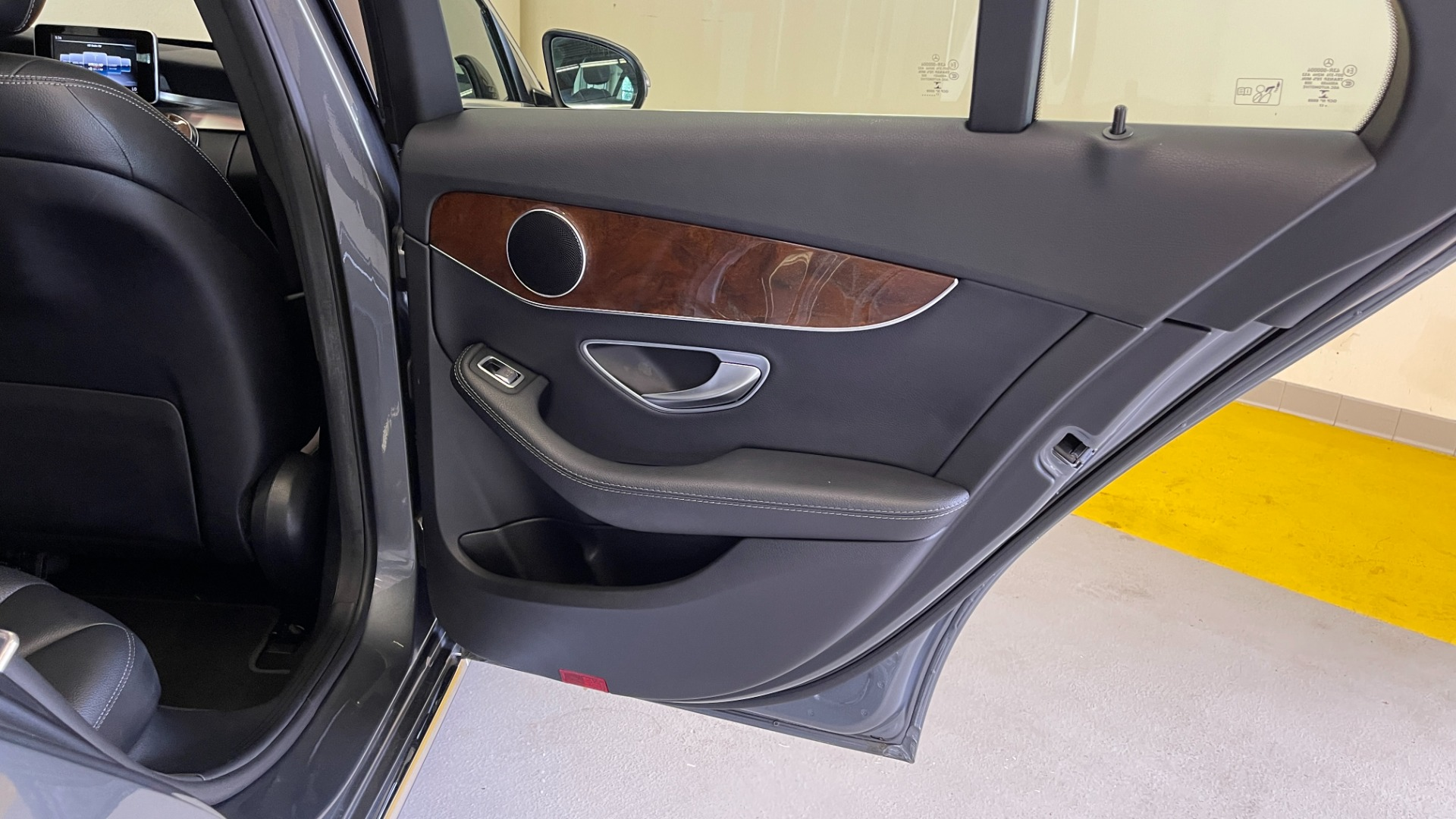 Used 2018 Mercedes-Benz C-CLASS C 300 PREMIUM / SUNROOF / APPLE CARPLAY / HTD STS / REARVIEW for sale $31,795 at Formula Imports in Charlotte NC 28227 43