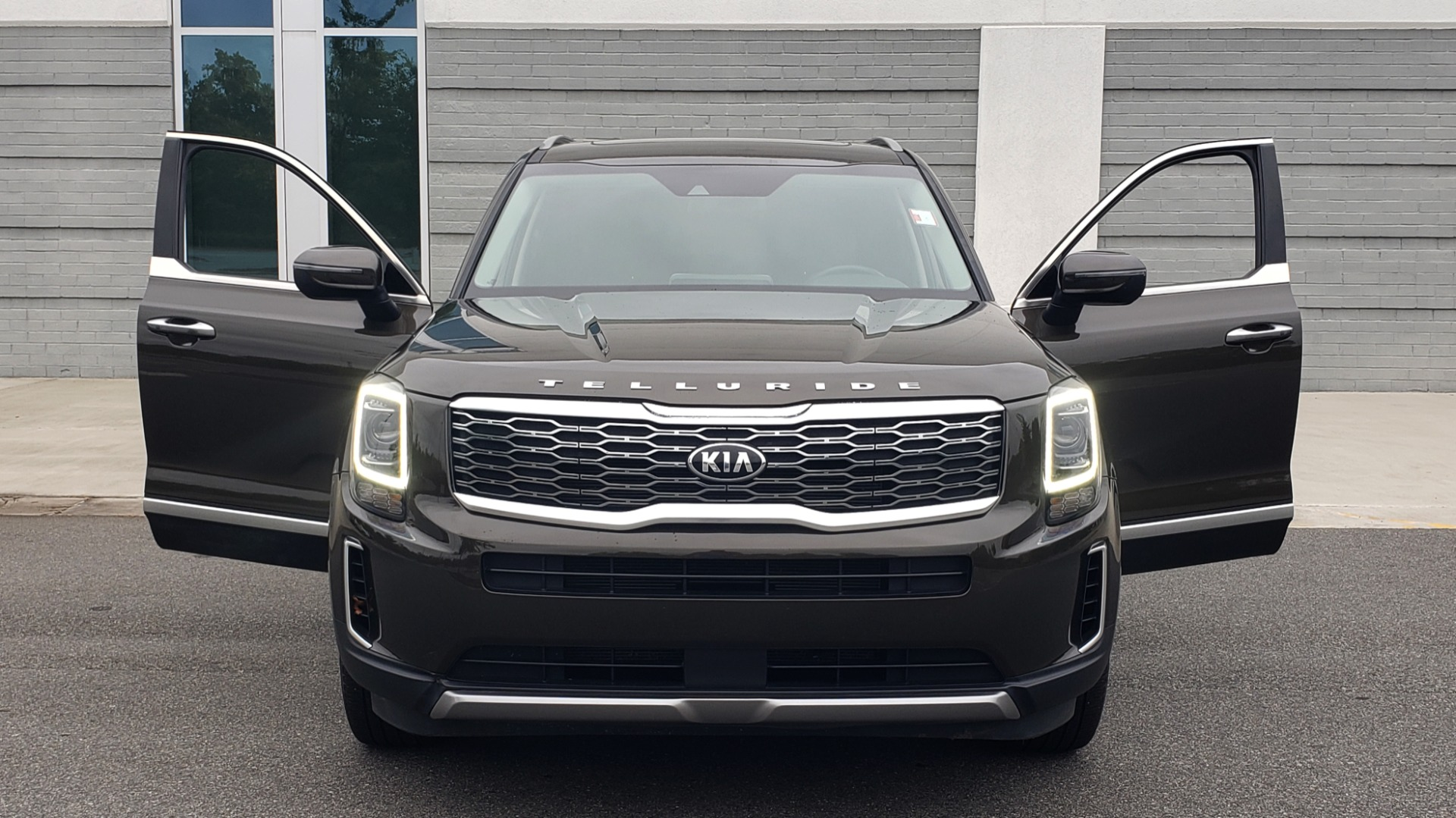 Used 2020 Kia TELLURIDE S 3.8L / FWD / 8-SPD AUTO / SUNROOF / REARVIEW / 20INCH WHEELS for sale $41,595 at Formula Imports in Charlotte NC 28227 24