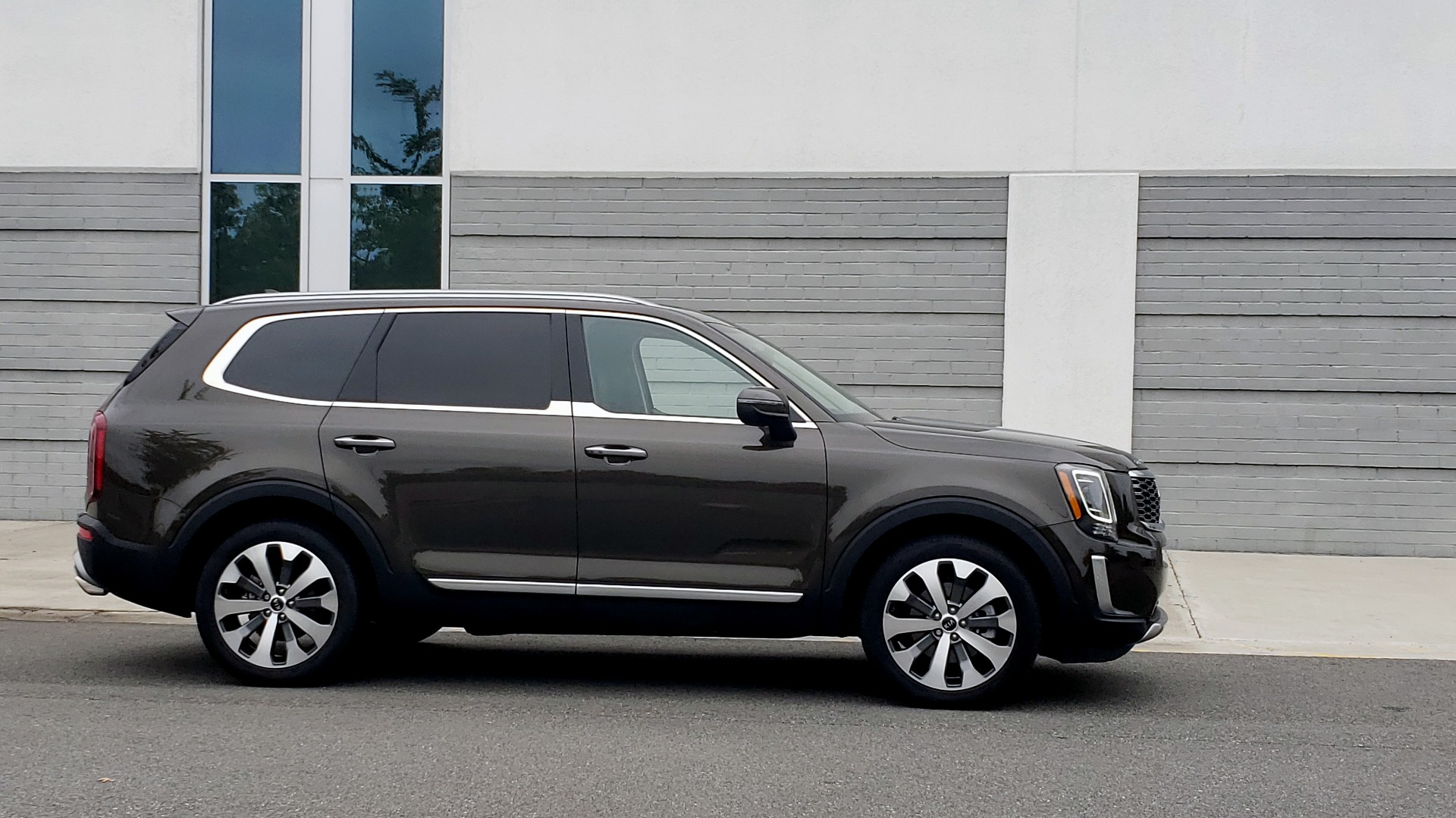 Used 2020 Kia TELLURIDE S 3.8L / FWD / 8-SPD AUTO / SUNROOF / REARVIEW / 20INCH WHEELS for sale $41,595 at Formula Imports in Charlotte NC 28227 8