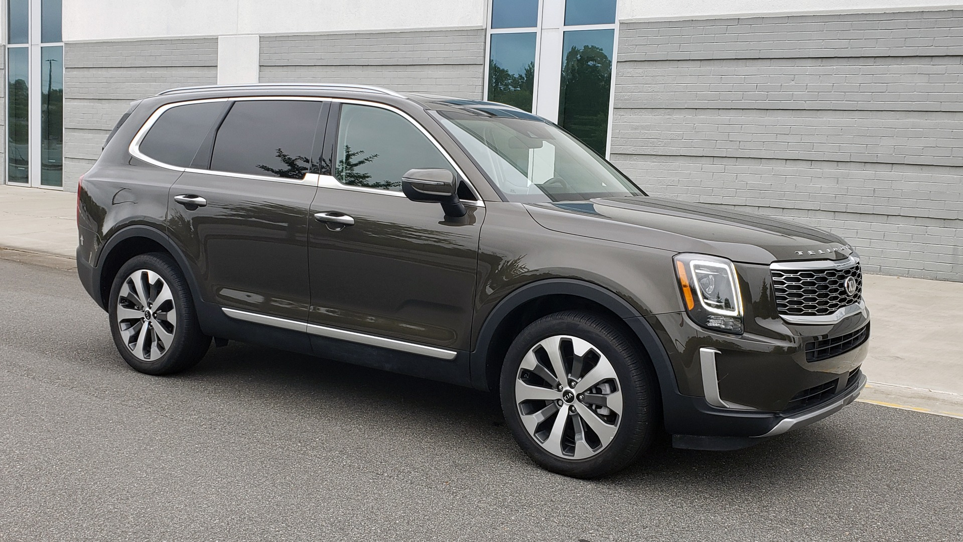 Used 2020 Kia TELLURIDE S 3.8L / FWD / 8-SPD AUTO / SUNROOF / REARVIEW / 20INCH WHEELS for sale $41,595 at Formula Imports in Charlotte NC 28227 9