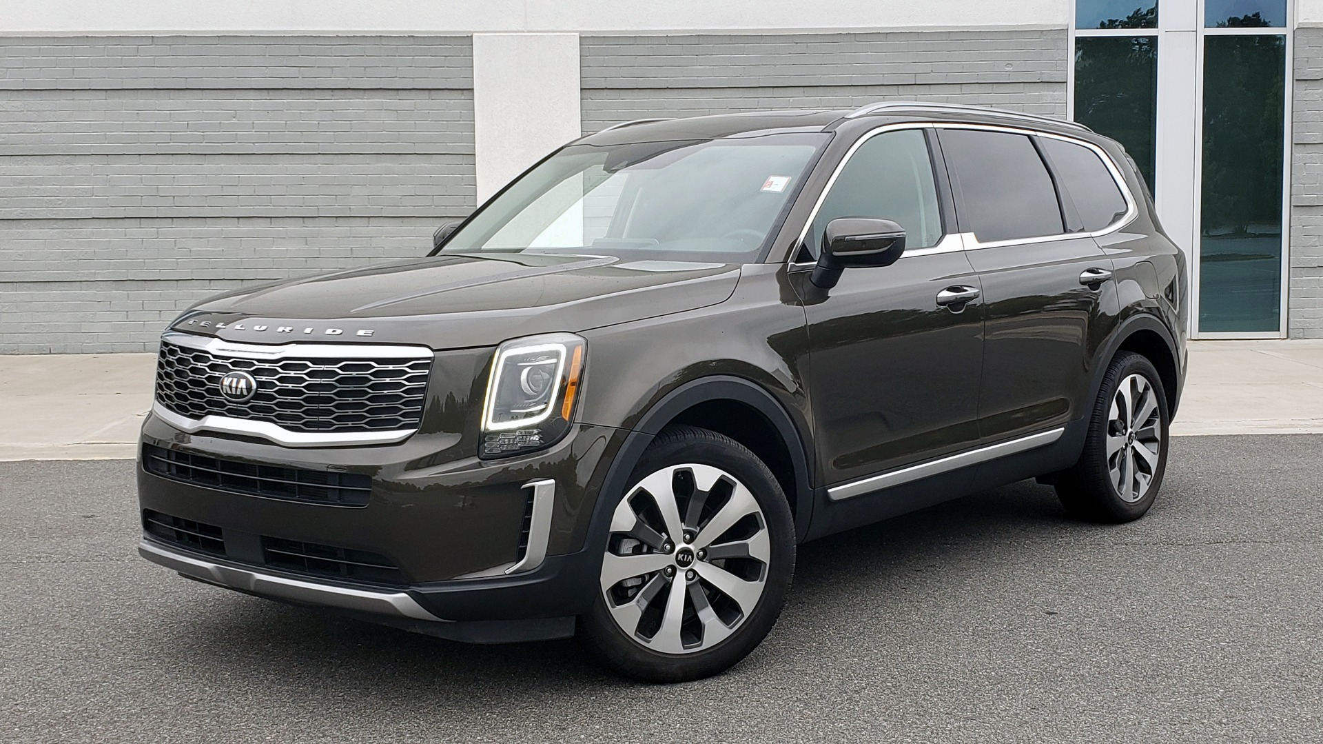 Used 2020 Kia TELLURIDE S 3.8L / FWD / 8-SPD AUTO / SUNROOF / REARVIEW / 20INCH WHEELS for sale $41,595 at Formula Imports in Charlotte NC 28227 1