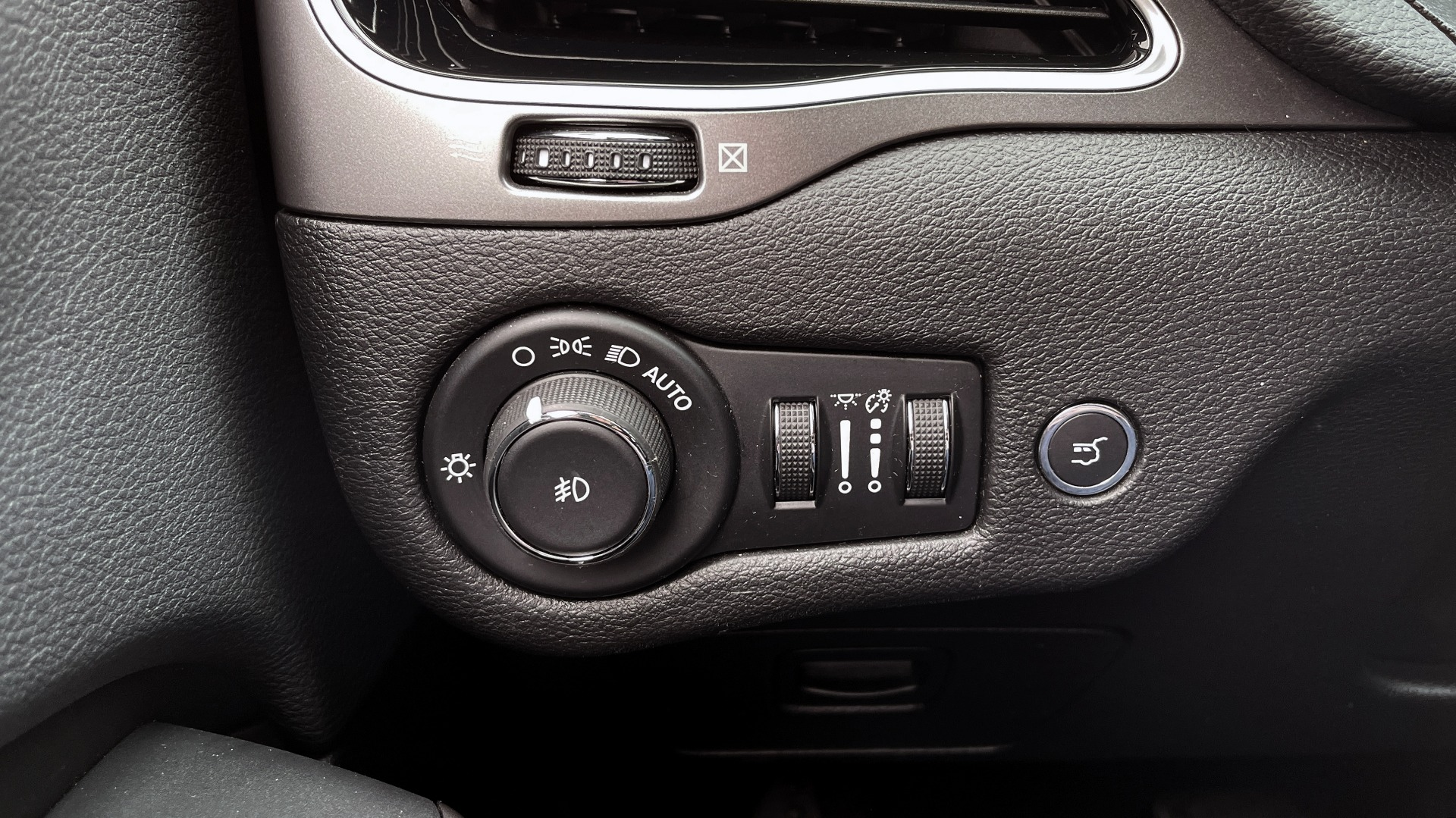 Used 2019 Jeep CHEROKEE LIMITED 2.4L / FWD / APPLE CARPLAY / KEYLESS-GO / REARVIEW for sale $24,395 at Formula Imports in Charlotte NC 28227 29