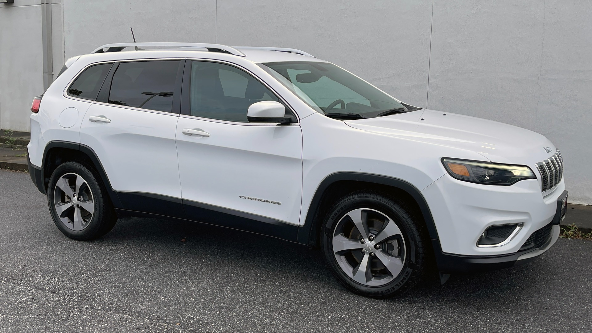 Used 2019 Jeep CHEROKEE LIMITED 2.4L / FWD / APPLE CARPLAY / KEYLESS-GO / REARVIEW for sale $24,395 at Formula Imports in Charlotte NC 28227 4