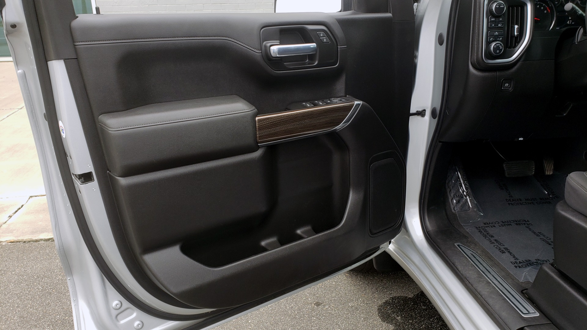 Used 2020 Chevrolet SILVERADO 1500 LT 4WD DOUBLECAB 147 WB / 5.3L V8 / BEDLINER / REARVIEW for sale $41,995 at Formula Imports in Charlotte NC 28227 32