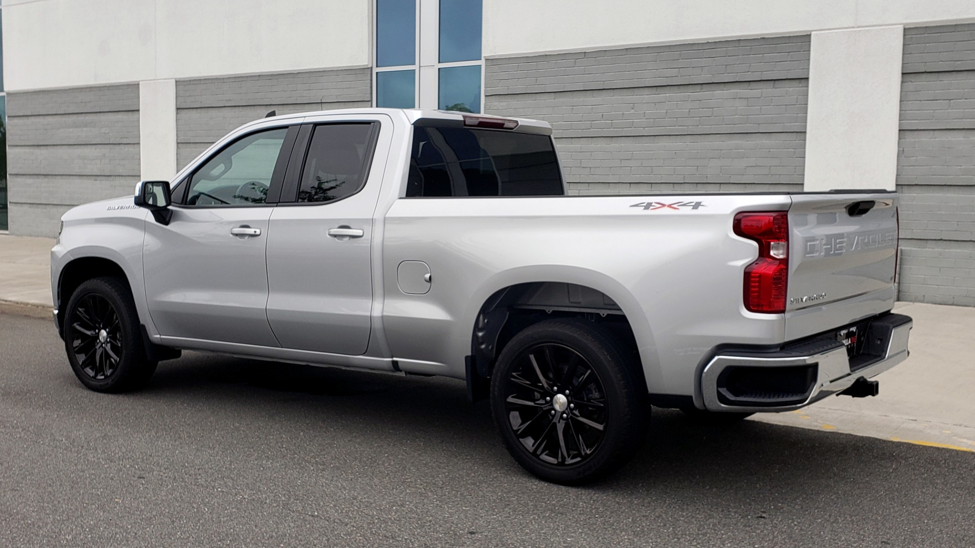 Used 2020 Chevrolet SILVERADO 1500 LT 4WD DOUBLECAB 147 WB / 5.3L V8 / BEDLINER / REARVIEW for sale $41,995 at Formula Imports in Charlotte NC 28227 4