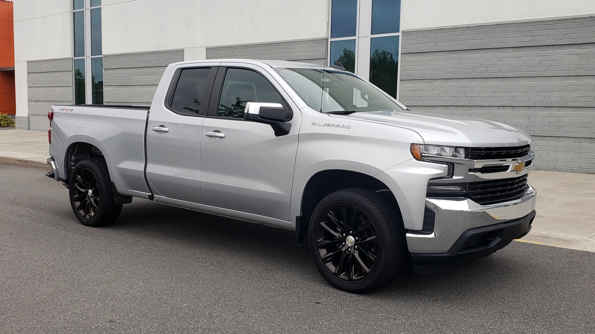 Used 2020 Chevrolet SILVERADO 1500 LT 4WD DOUBLECAB 147 WB / 5.3L V8 / BEDLINER / REARVIEW for sale $41,995 at Formula Imports in Charlotte NC 28227 5