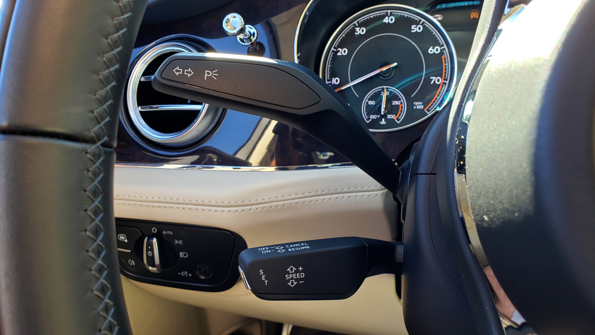 Used 2017 Bentley BENTAYGA W12 600HP / NAV / AWD / PANO-ROOF / BACK-UP CAMERA for sale $139,995 at Formula One Imports in Charlotte NC 28227 115