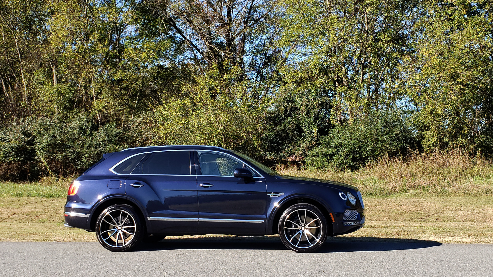 Used 2017 Bentley BENTAYGA W12 600HP / NAV / AWD / PANO-ROOF / BACK-UP CAMERA for sale $139,995 at Formula One Imports in Charlotte NC 28227 23