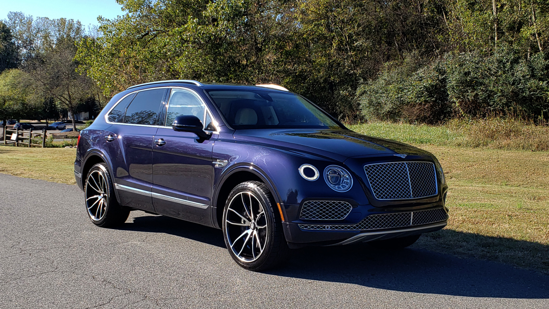Used 2017 Bentley BENTAYGA W12 600HP / NAV / AWD / PANO-ROOF / BACK-UP CAMERA for sale $139,995 at Formula One Imports in Charlotte NC 28227 24