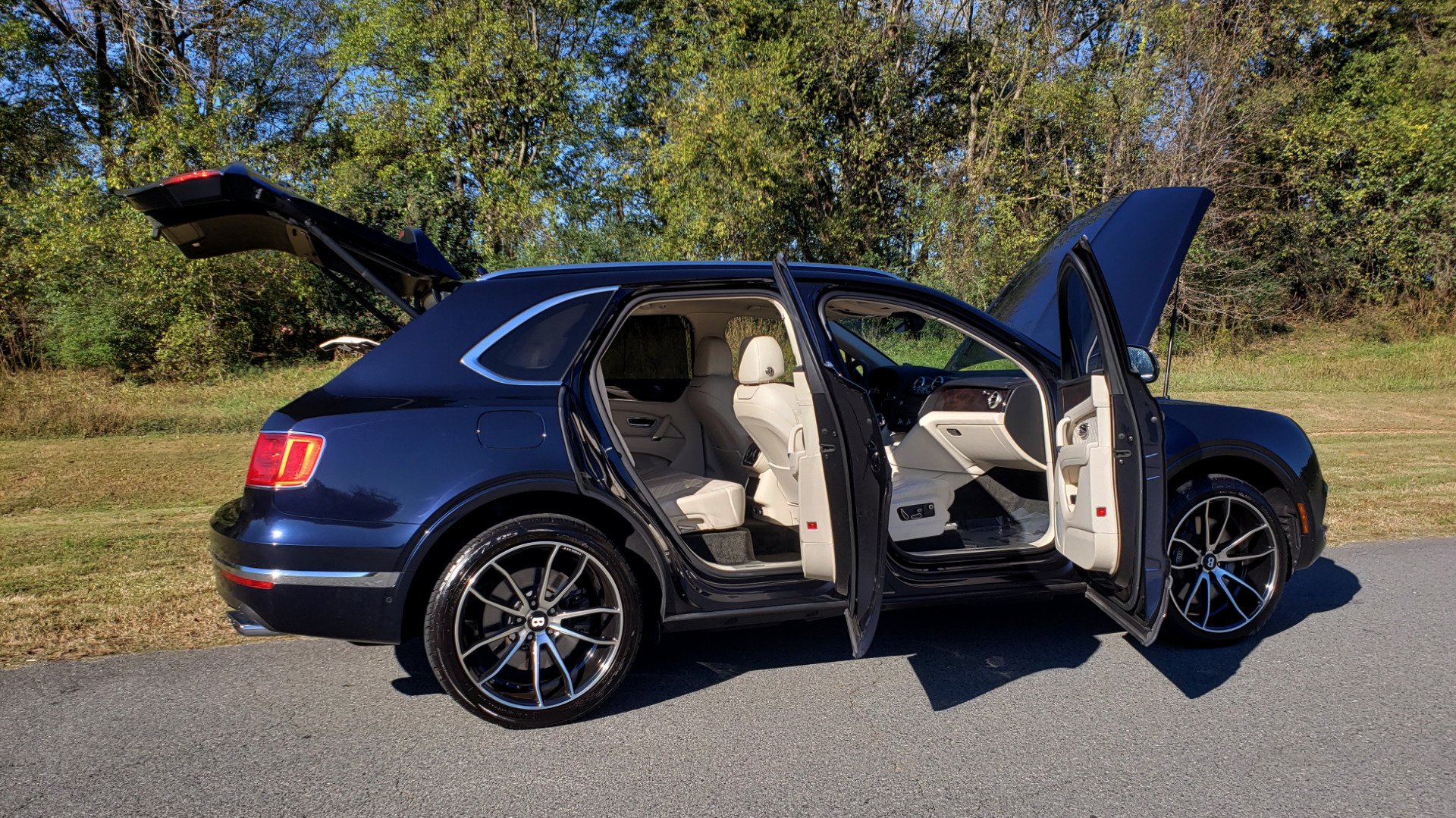 Used 2017 Bentley BENTAYGA W12 600HP / NAV / AWD / PANO-ROOF / BACK-UP CAMERA for sale $139,995 at Formula One Imports in Charlotte NC 28227 28