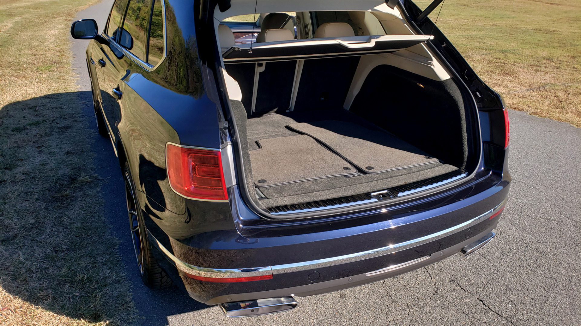 Used 2017 Bentley BENTAYGA W12 600HP / NAV / AWD / PANO-ROOF / BACK-UP CAMERA for sale $139,995 at Formula One Imports in Charlotte NC 28227 34