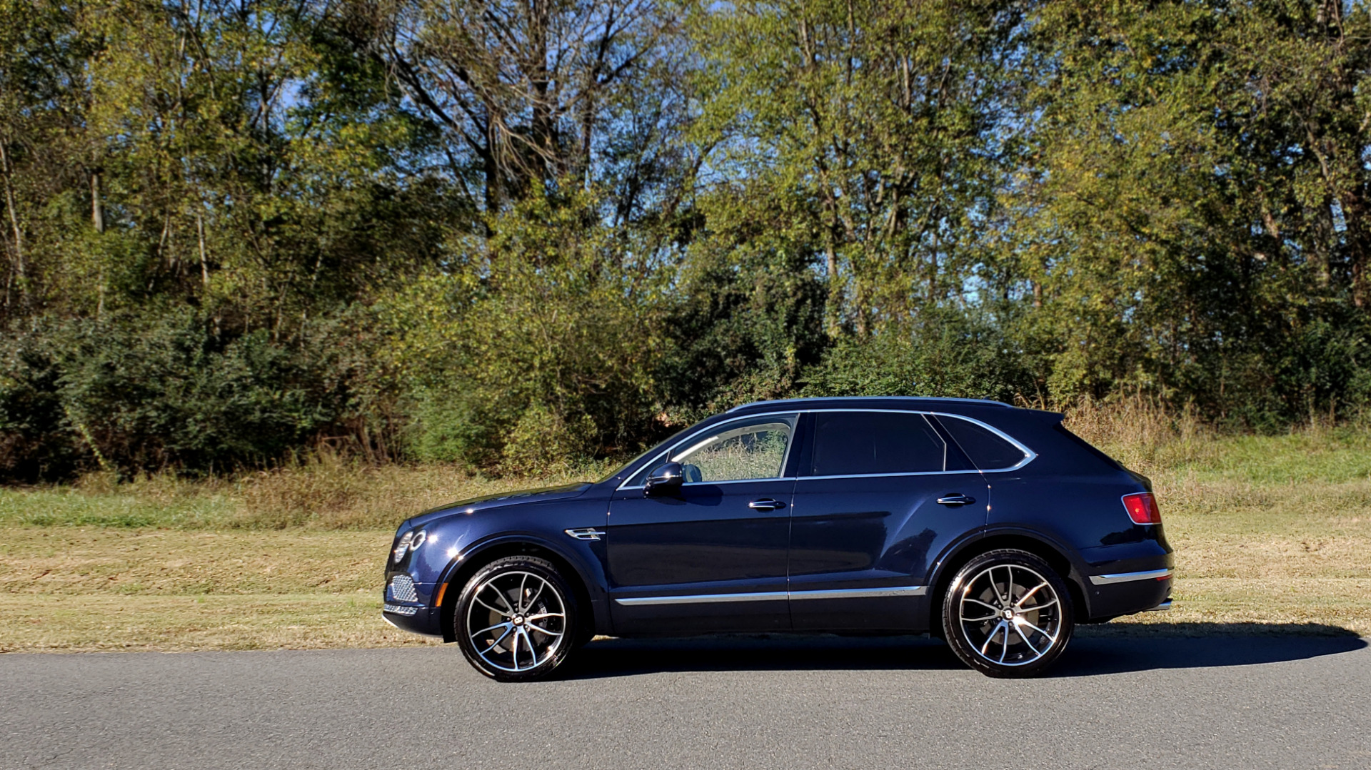 Used 2017 Bentley BENTAYGA W12 600HP / NAV / AWD / PANO-ROOF / BACK-UP CAMERA for sale $141,995 at Formula One Imports in Charlotte NC 28227 4