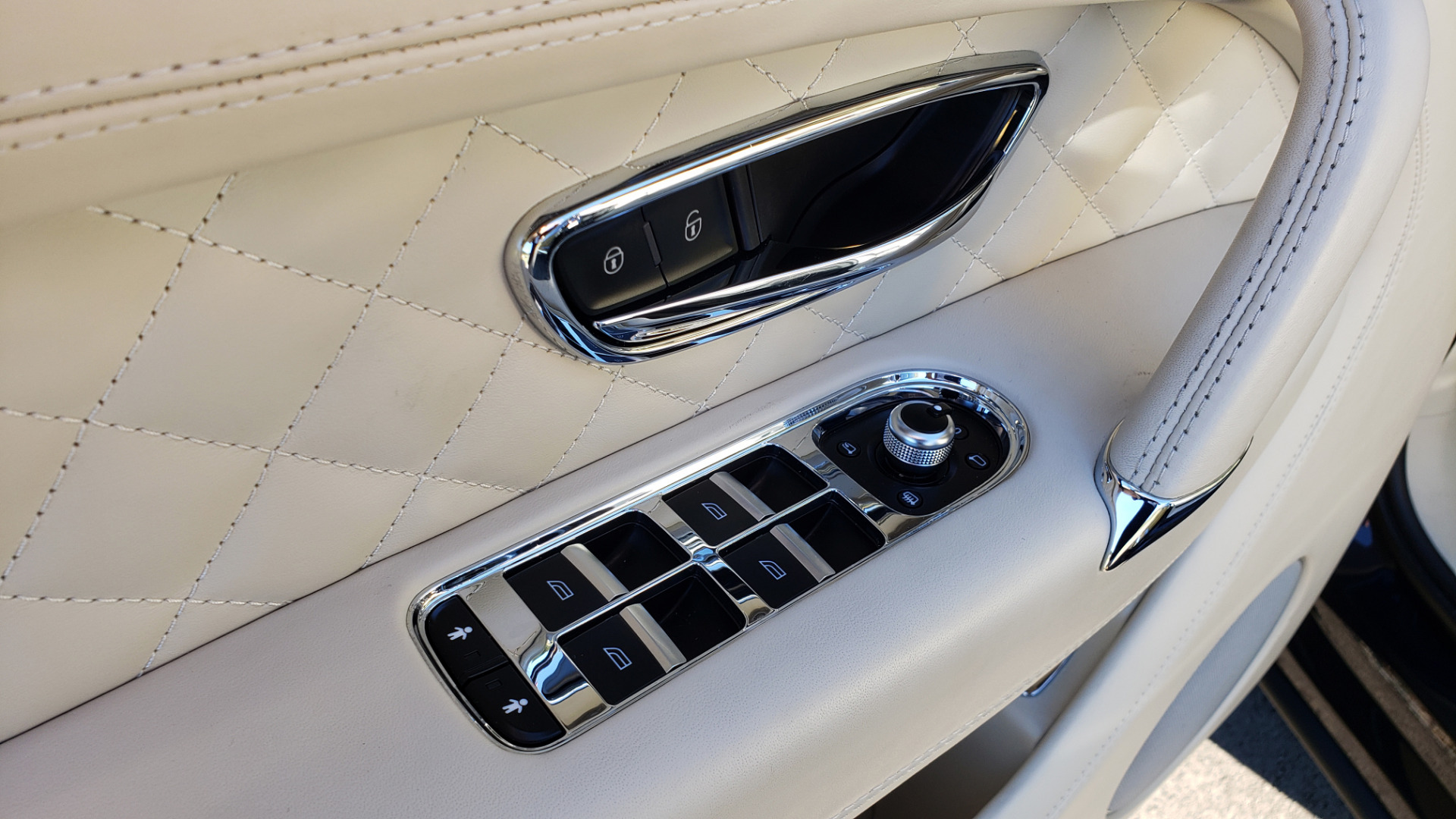 Used 2017 Bentley BENTAYGA W12 600HP / NAV / AWD / PANO-ROOF / BACK-UP CAMERA for sale $139,995 at Formula One Imports in Charlotte NC 28227 54