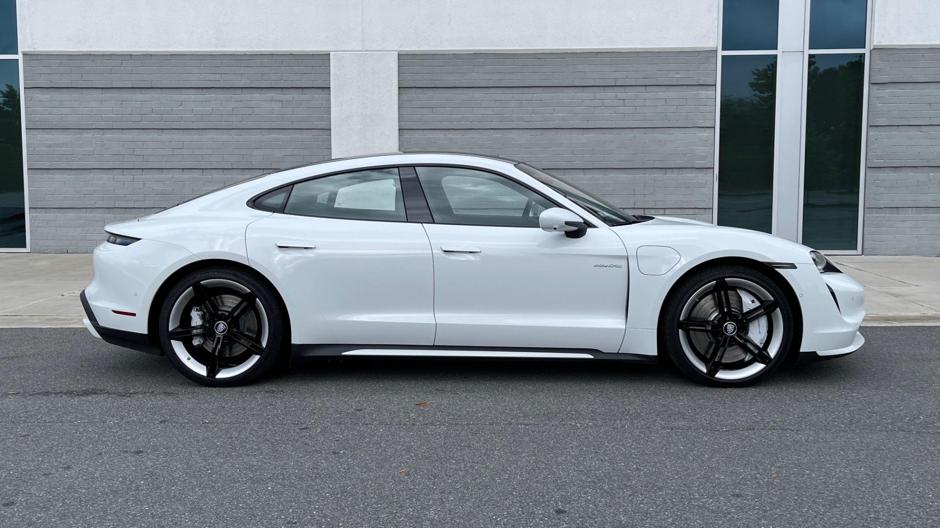 Used 2020 Porsche TAYCAN TURBO SEDAN / AWD / NAV / BOSE / PANO-ROOF / LCA / SURROUND VIEW for sale $162,995 at Formula Imports in Charlotte NC 28227 6