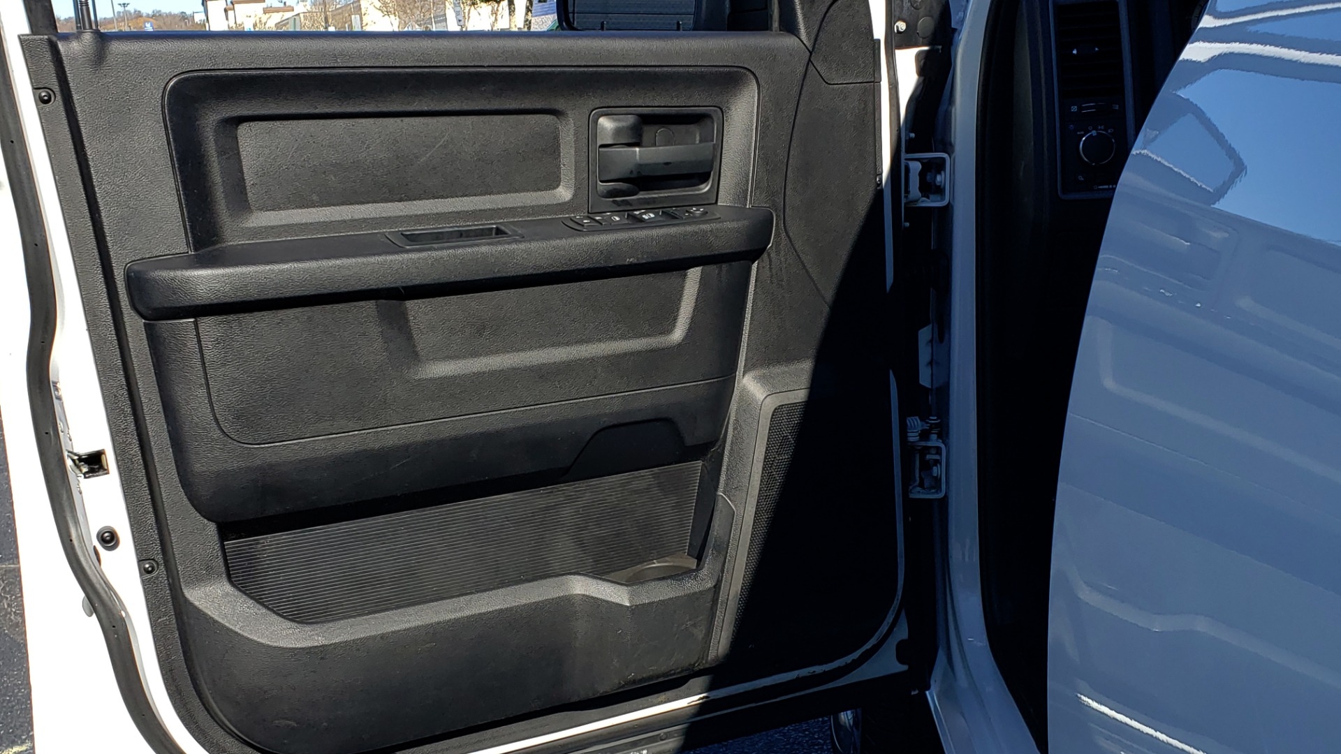 Used 2016 Ram 1500 SXT CREW CAB 4X4 / 5.7L HEMI / 6-SPD AUTO / BED LINER for sale $23,695 at Formula Imports in Charlotte NC 28227 20