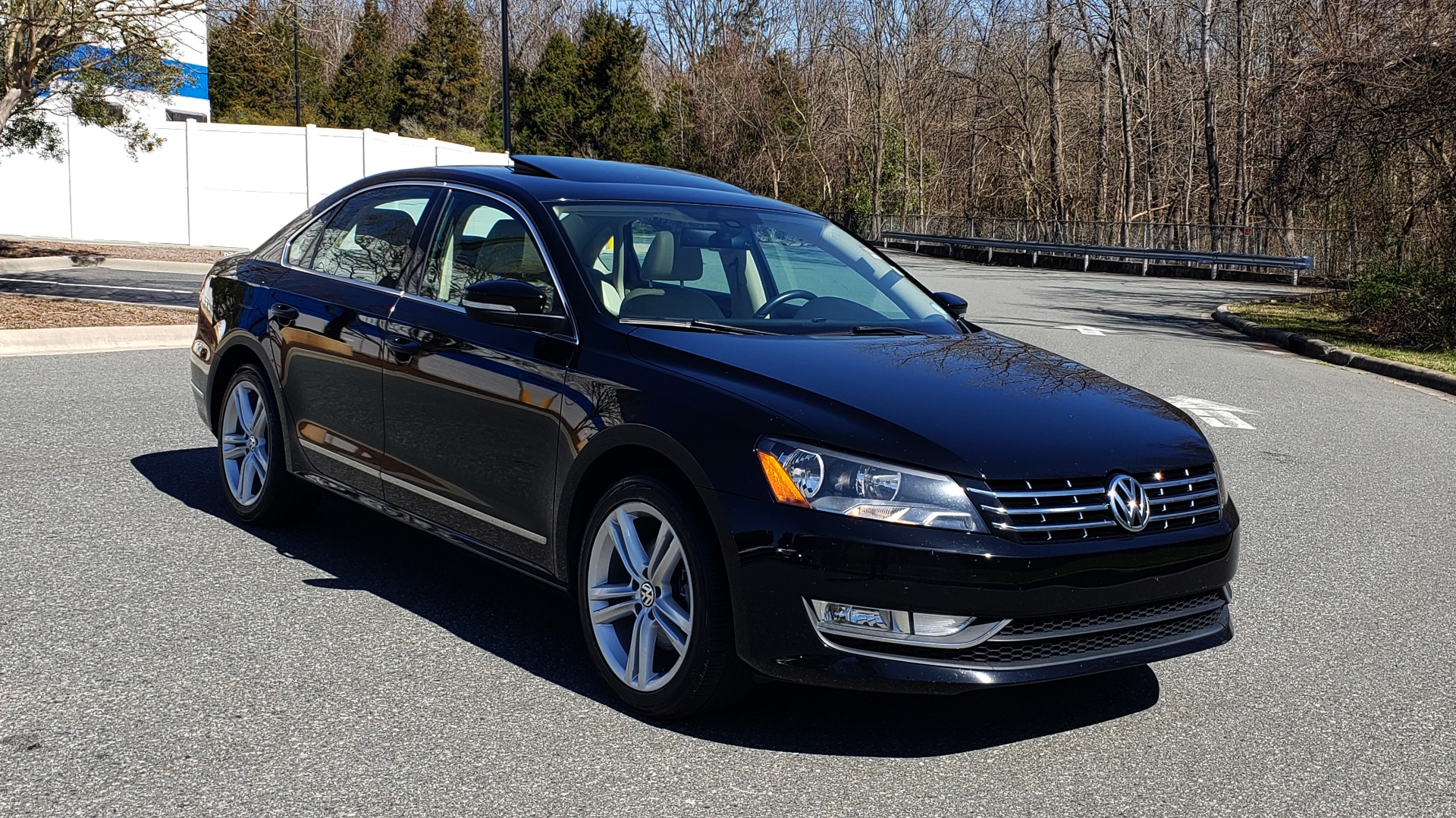 Used 2014 Volkswagen PASSAT SEL PREMIUM / NAV / SUNROOF / REARVIEW / 6-SPD AUTO for sale Sold at Formula Imports in Charlotte NC 28227 4