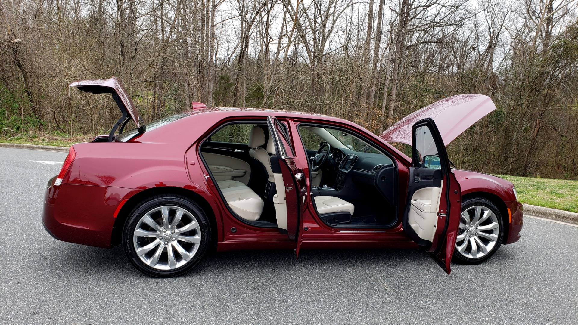 Used 2019 Chrysler 300 LIMITED / 3.6L V6 / 8-SPD AUTO / LEATHER / REARVIEW for sale Sold at Formula Imports in Charlotte NC 28227 15