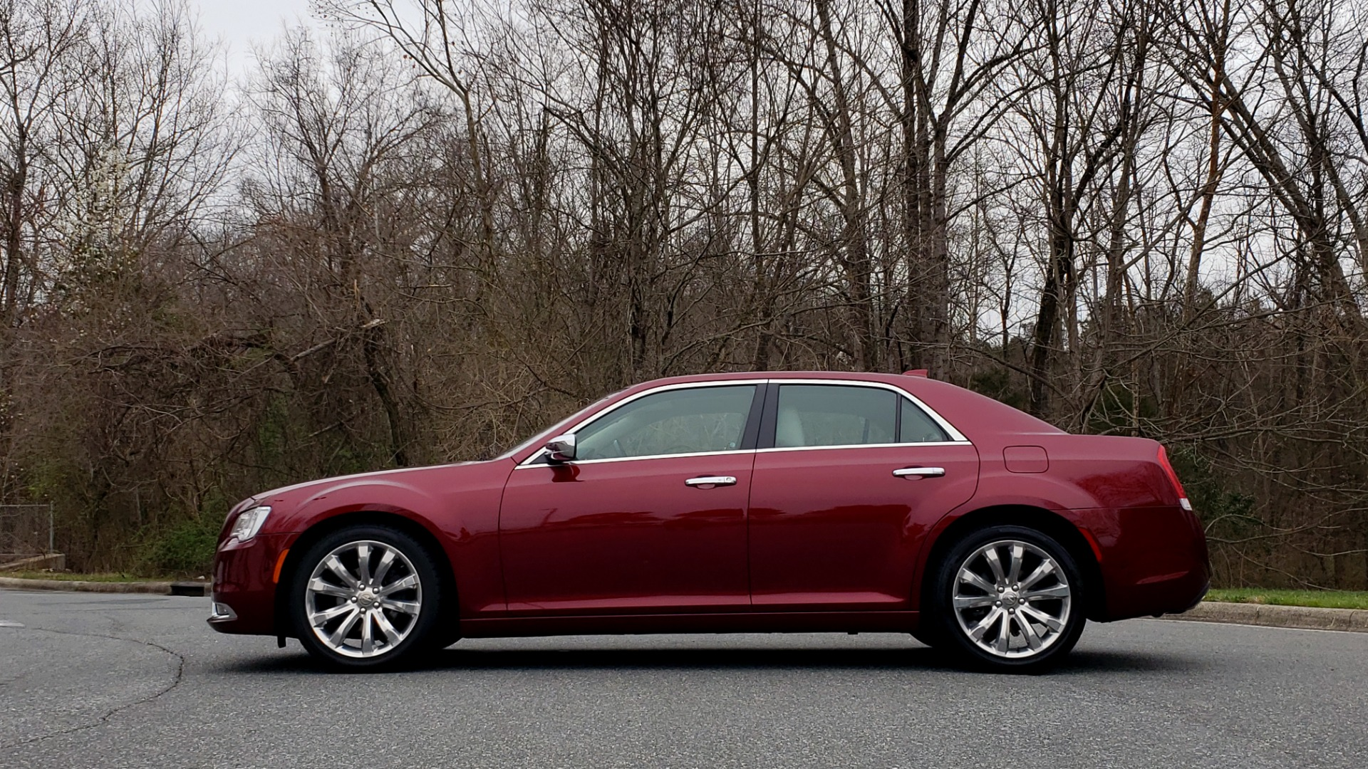 Used 2019 Chrysler 300 LIMITED / 3.6L V6 / 8-SPD AUTO / LEATHER / REARVIEW for sale Sold at Formula Imports in Charlotte NC 28227 3
