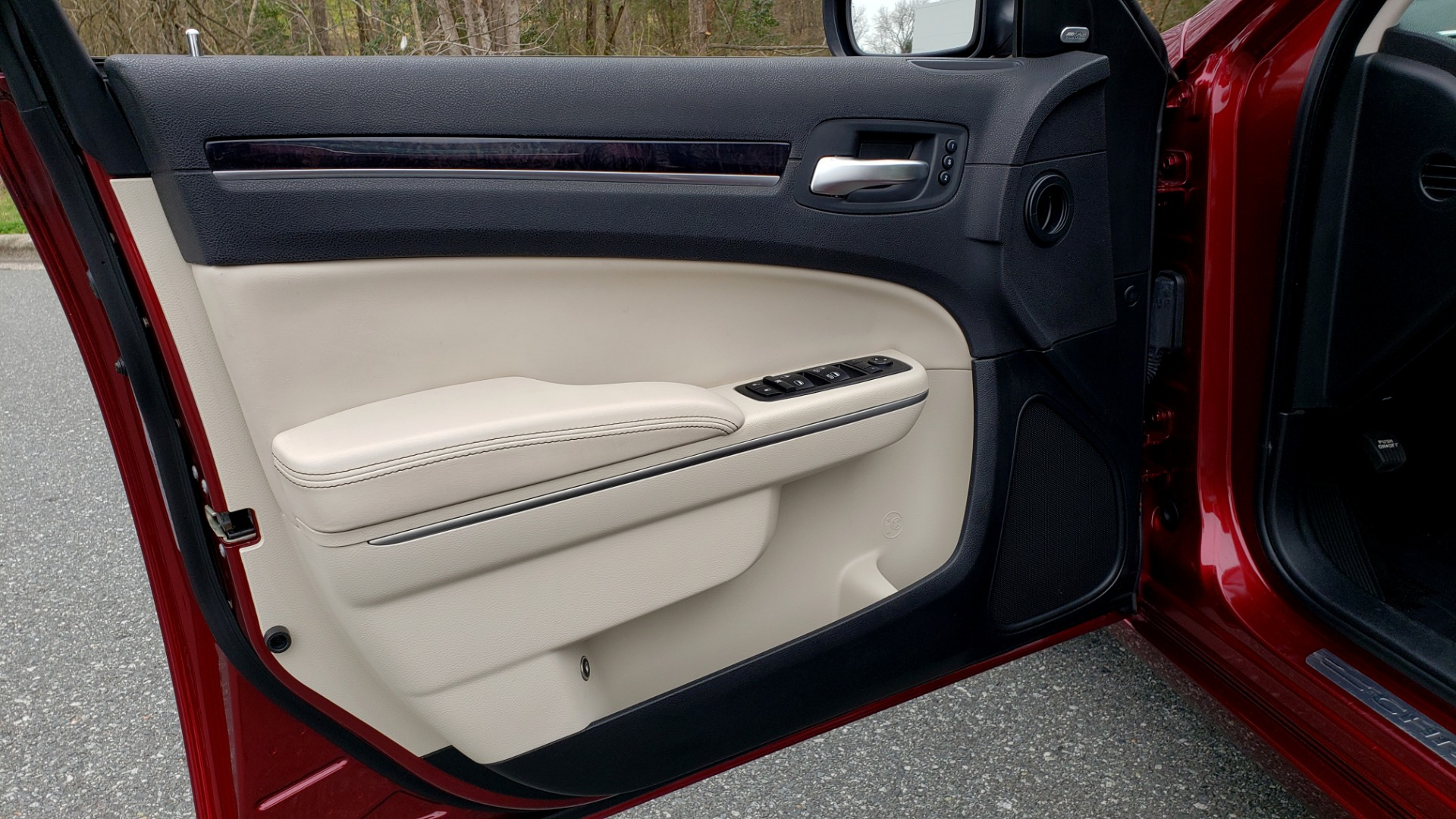 Used 2019 Chrysler 300 LIMITED / 3.6L V6 / 8-SPD AUTO / LEATHER / REARVIEW for sale Sold at Formula Imports in Charlotte NC 28227 36