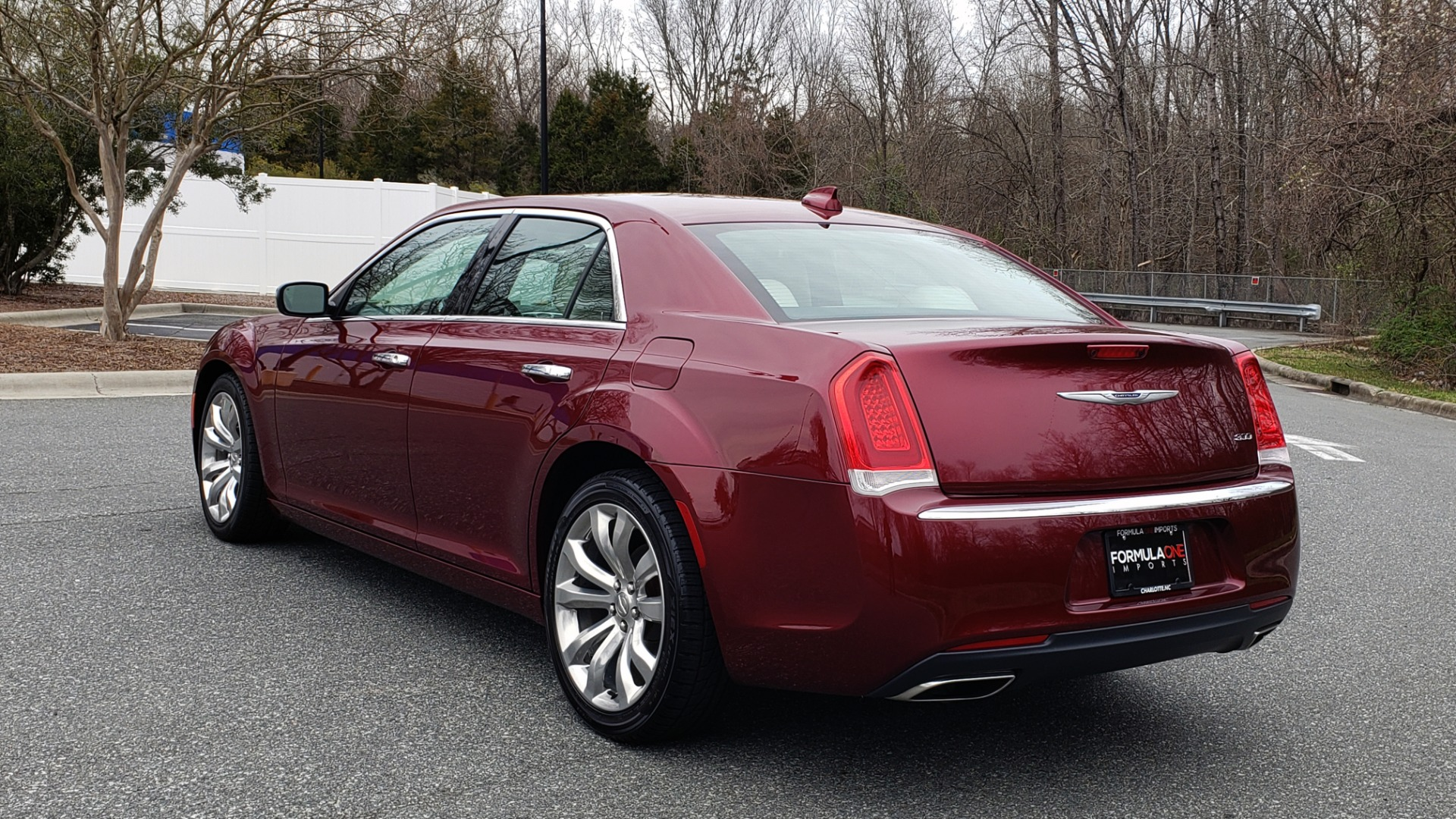 Used 2019 Chrysler 300 LIMITED / 3.6L V6 / 8-SPD AUTO / LEATHER / REARVIEW for sale Sold at Formula Imports in Charlotte NC 28227 4