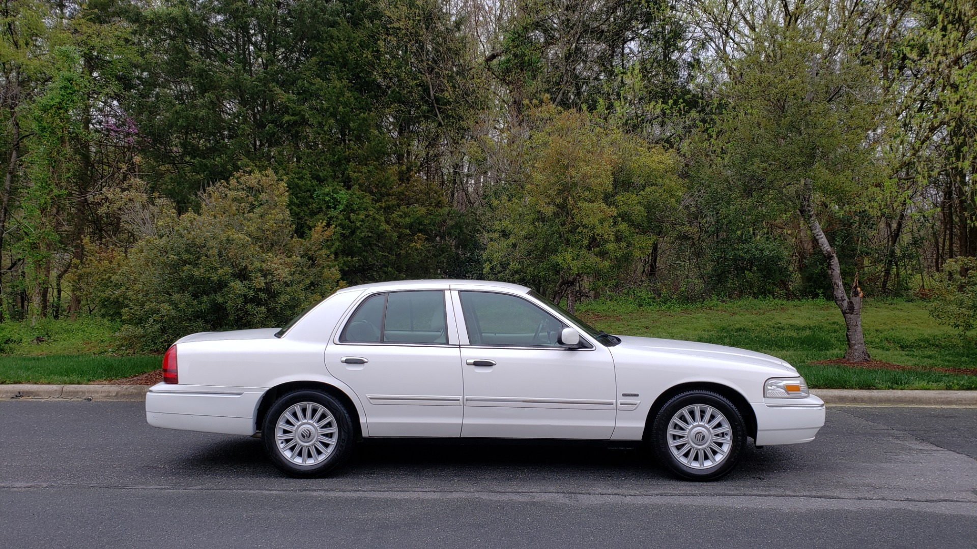Used 2011 Mercury GRAND MARQUIS LS / 4.6L V8 / 4-SPD AUTO / KEYLESS ENTRY / LOW MILES for sale Sold at Formula Imports in Charlotte NC 28227 5