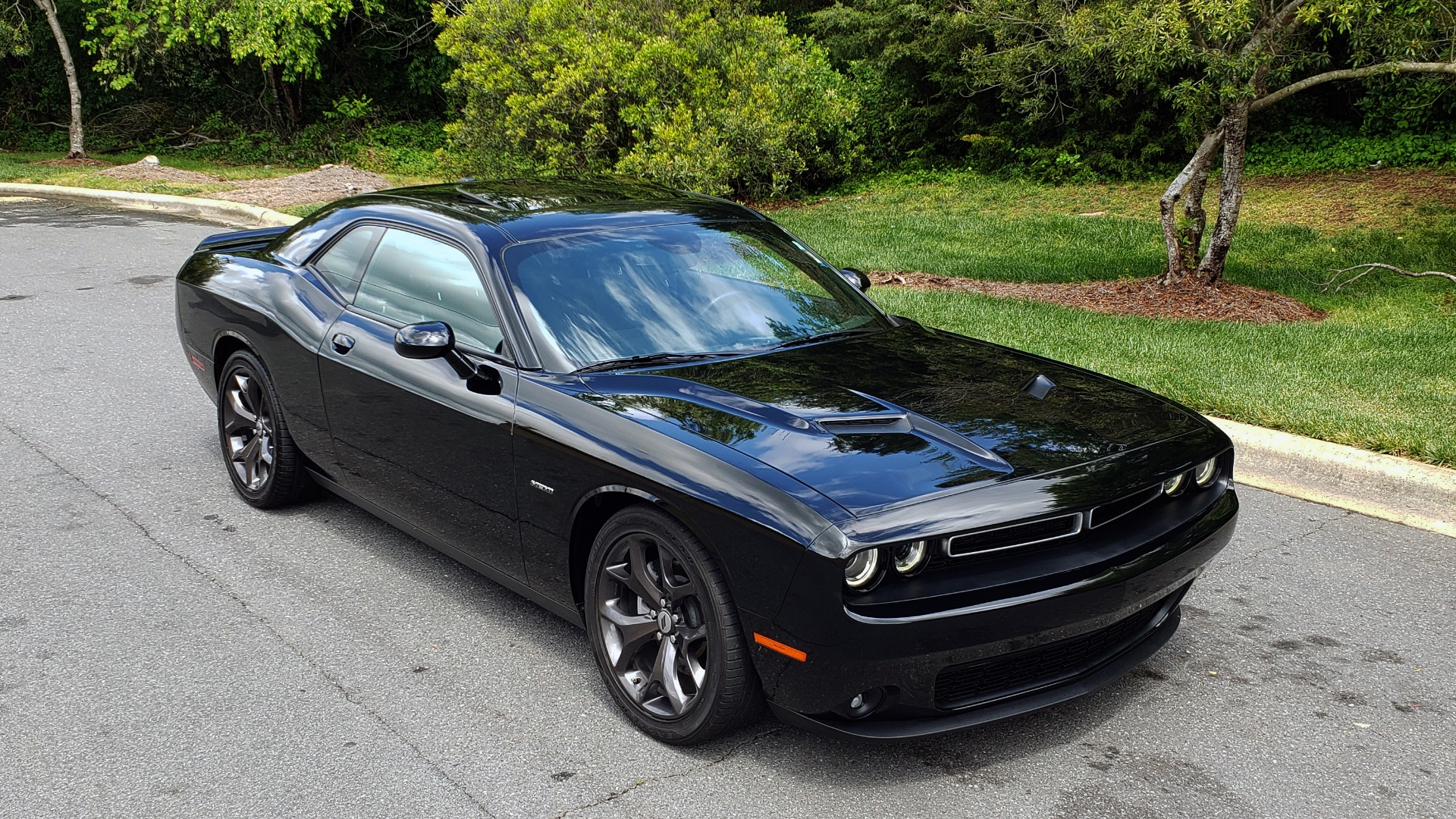 Used 2017 Dodge CHALLENGER R/T / 5.7L HEMI V8 / 8-SPD AUTO / SUNROOF / REARVIEW for sale Sold at Formula Imports in Charlotte NC 28227 4
