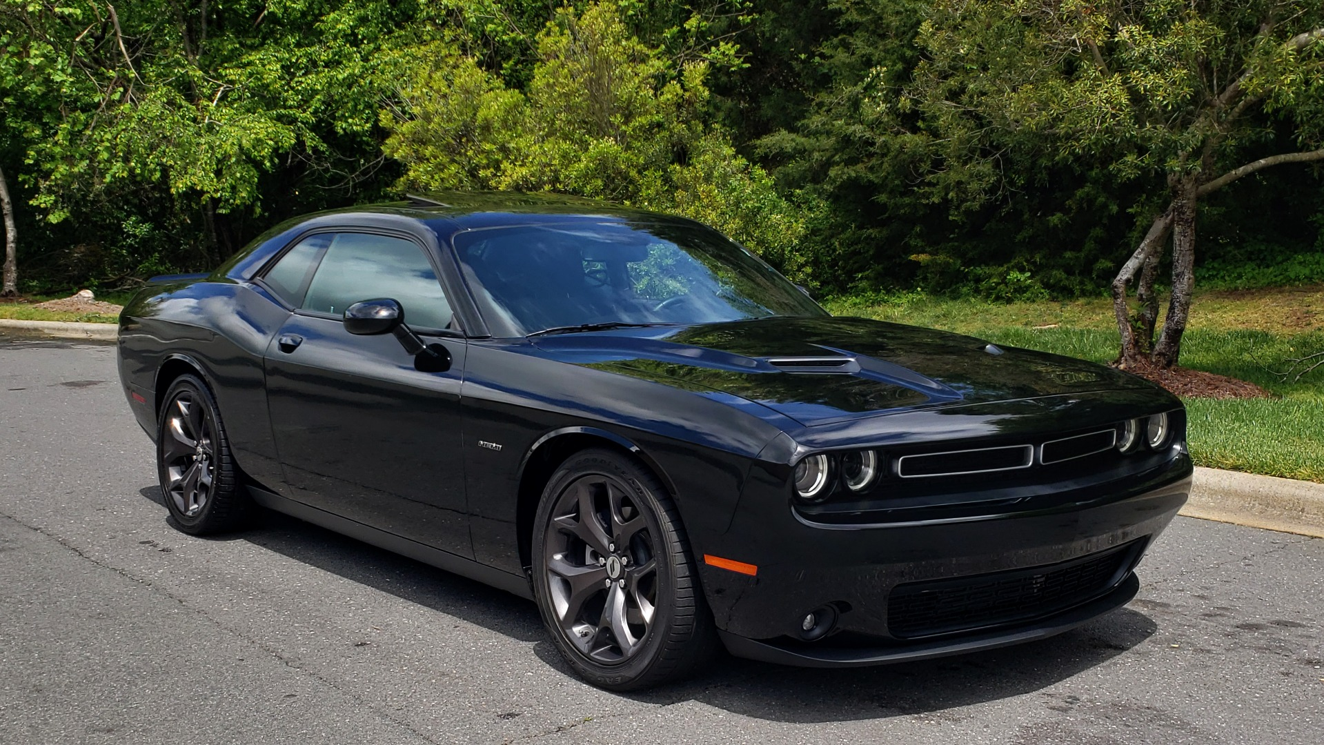 Used 2017 Dodge CHALLENGER R/T / 5.7L HEMI V8 / 8-SPD AUTO / SUNROOF / REARVIEW for sale Sold at Formula Imports in Charlotte NC 28227 5