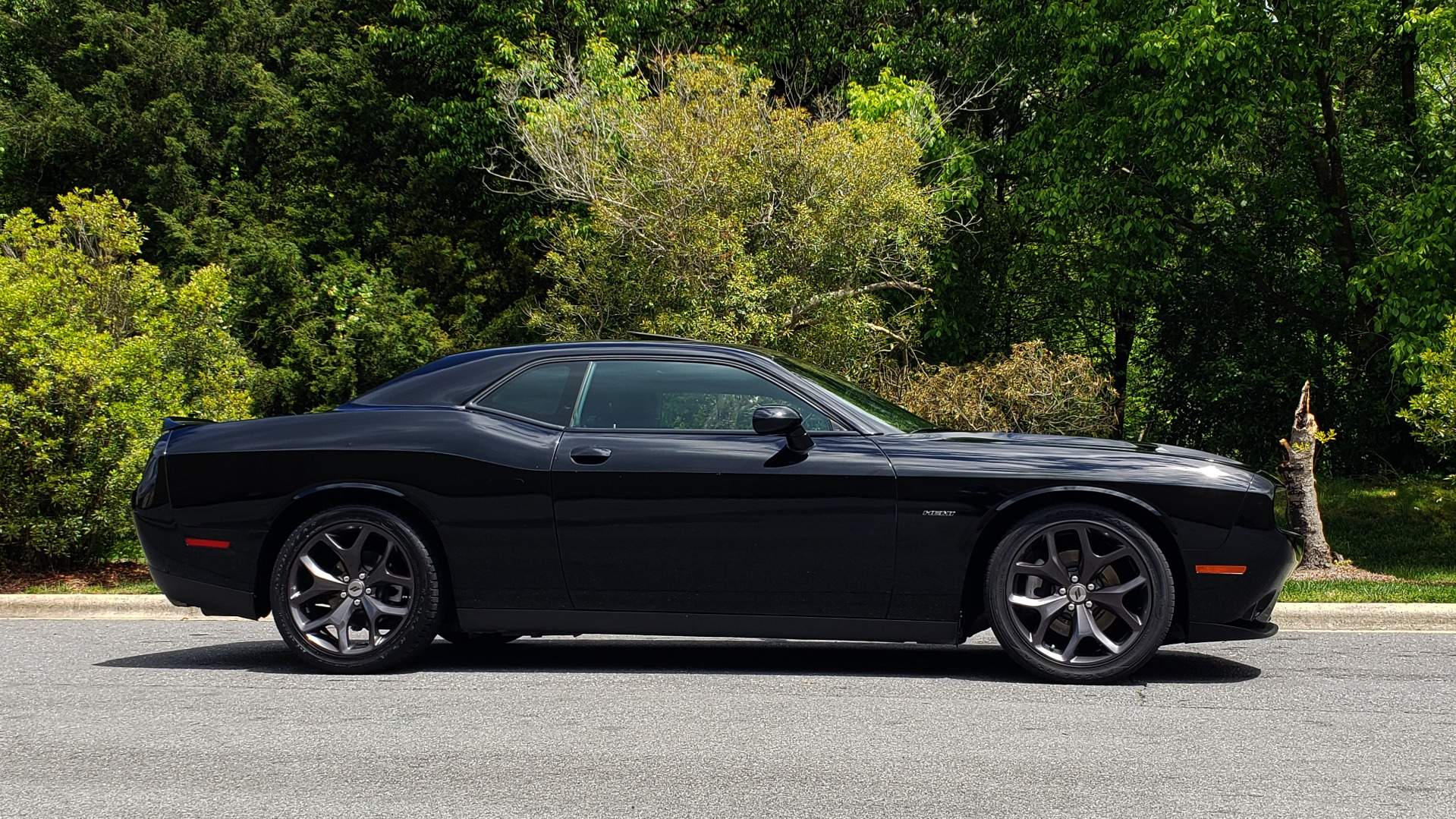 Used 2017 Dodge CHALLENGER R/T / 5.7L HEMI V8 / 8-SPD AUTO / SUNROOF / REARVIEW for sale Sold at Formula Imports in Charlotte NC 28227 7