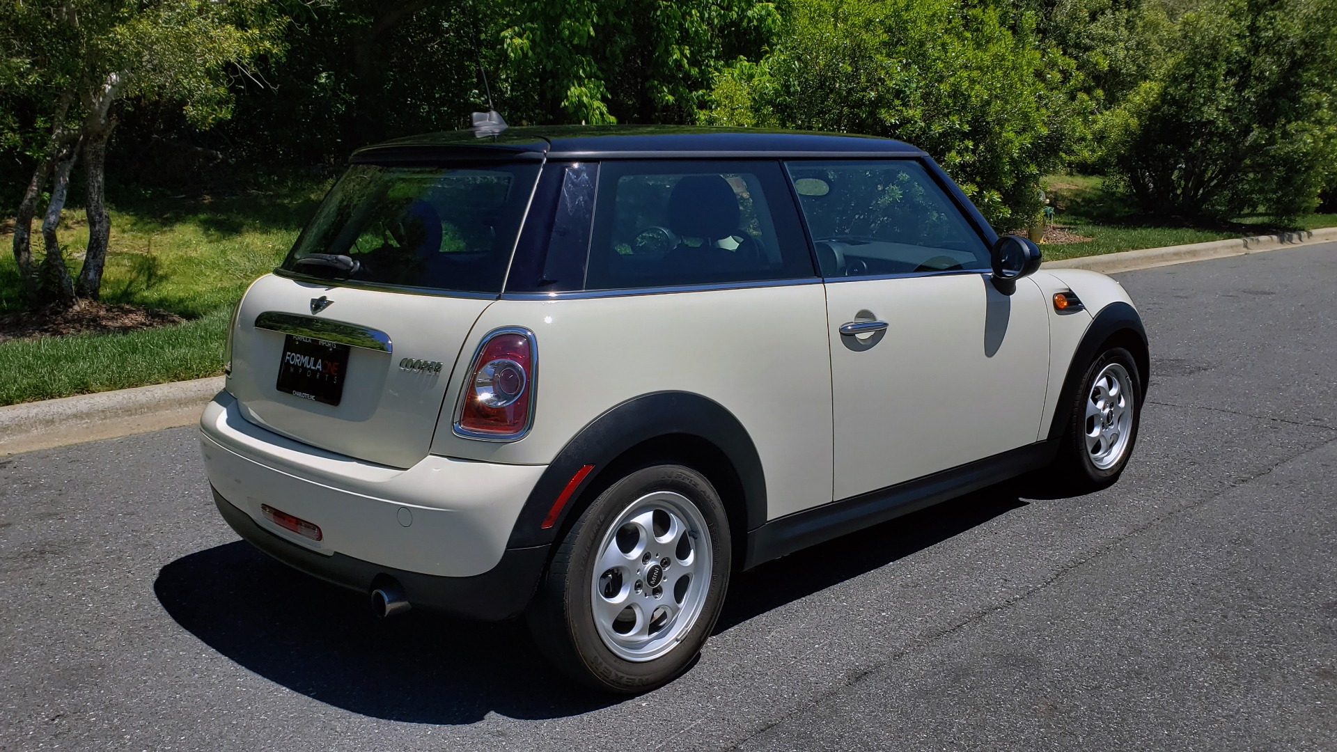 Used 2012 MINI COOPER HARDTOP 6-SPEED MANUAL / VERY CLEAN / 37 MPG for sale Sold at Formula Imports in Charlotte NC 28227 10