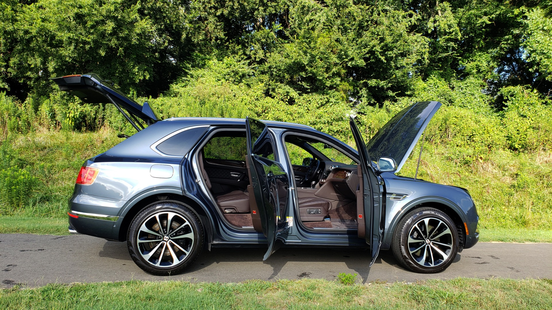 Used 2017 Bentley BENTAYGA W12 600HP / NAV / HTD SEATS / PANO-ROOF / REARVIEW / 21IN WHEELS for sale $149,995 at Formula Imports in Charlotte NC 28227 26