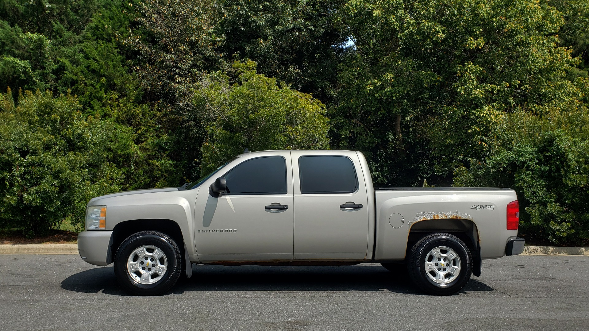 Used 2009 Chevrolet SILVERADO 1500 LT / CREWCAB / 5.3L V8 / 4WD / TRAILER PKG / REARVIEW for sale $10,595 at Formula Imports in Charlotte NC 28227 2