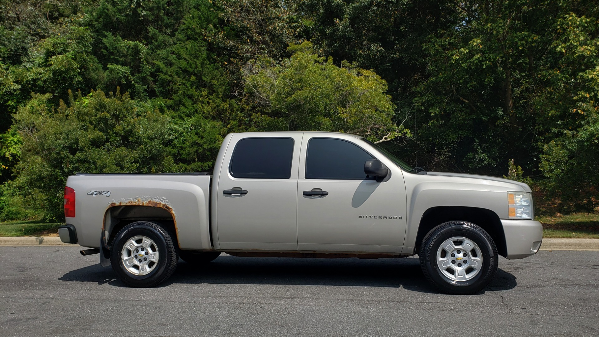 Used 2009 Chevrolet SILVERADO 1500 LT / CREWCAB / 5.3L V8 / 4WD / TRAILER PKG / REARVIEW for sale $10,595 at Formula Imports in Charlotte NC 28227 5