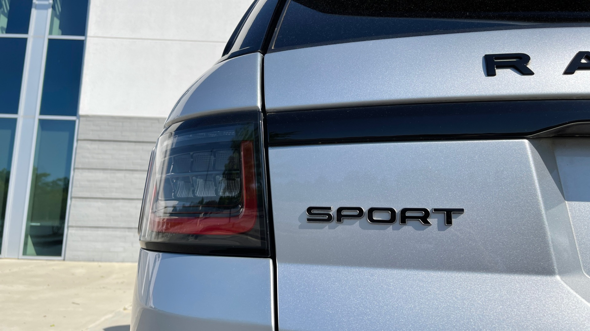 Used 2019 Land Rover RANGE ROVER SPORT HSE DYNAMIC / 3.0L SC V6 / 8-SPD / APPLE / NAV / SUNROOF / REARVIEW for sale Sold at Formula Imports in Charlotte NC 28227 24