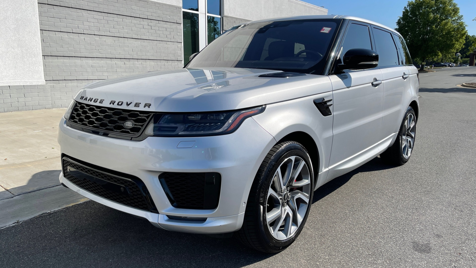 Used 2019 Land Rover RANGE ROVER SPORT HSE DYNAMIC / 3.0L SC V6 / 8-SPD / APPLE / NAV / SUNROOF / REARVIEW for sale Sold at Formula Imports in Charlotte NC 28227 4