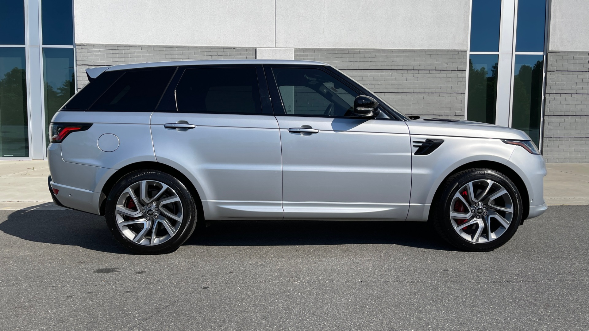 Used 2019 Land Rover RANGE ROVER SPORT HSE DYNAMIC / 3.0L SC V6 / 8-SPD / APPLE / NAV / SUNROOF / REARVIEW for sale Sold at Formula Imports in Charlotte NC 28227 5