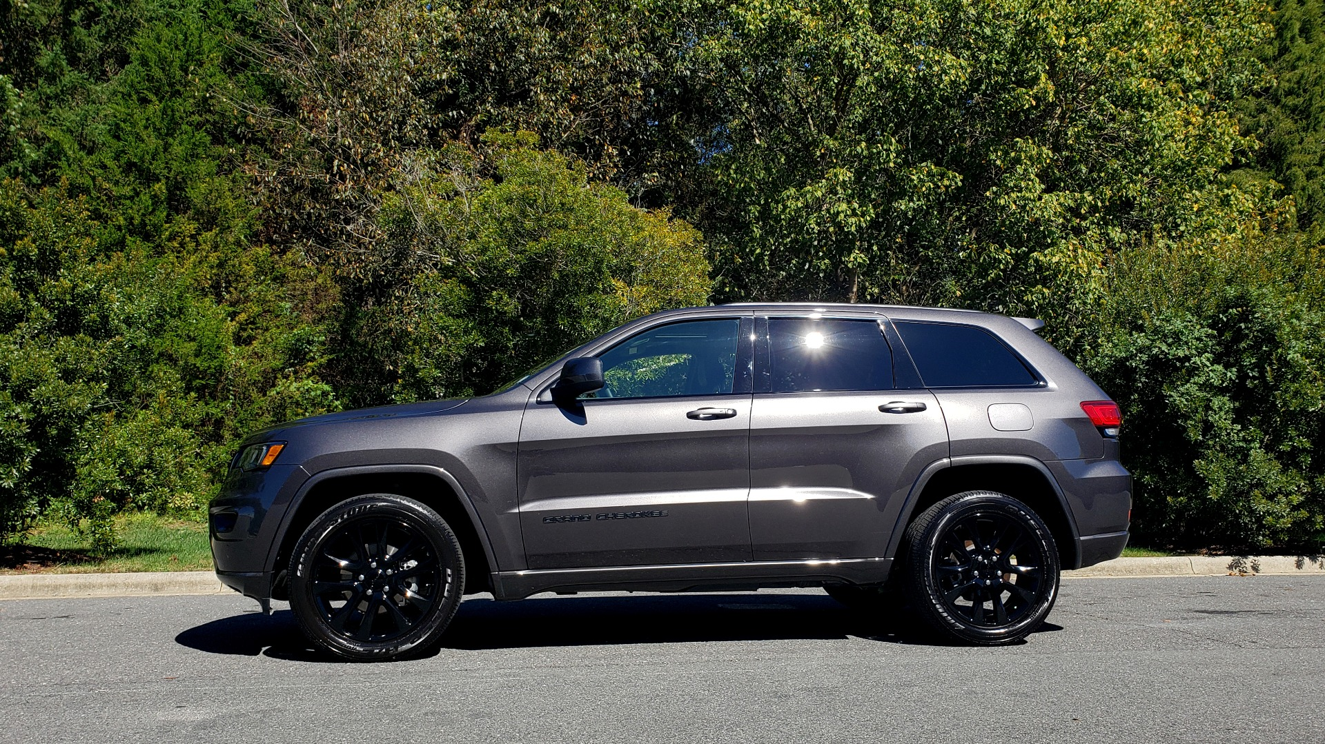 Used 2019 Jeep GRAND CHEROKEE ALTITUDE 4X4 / NAV / WIFI / SUNROOF / REARVIEW for sale $34,995 at Formula Imports in Charlotte NC 28227 2