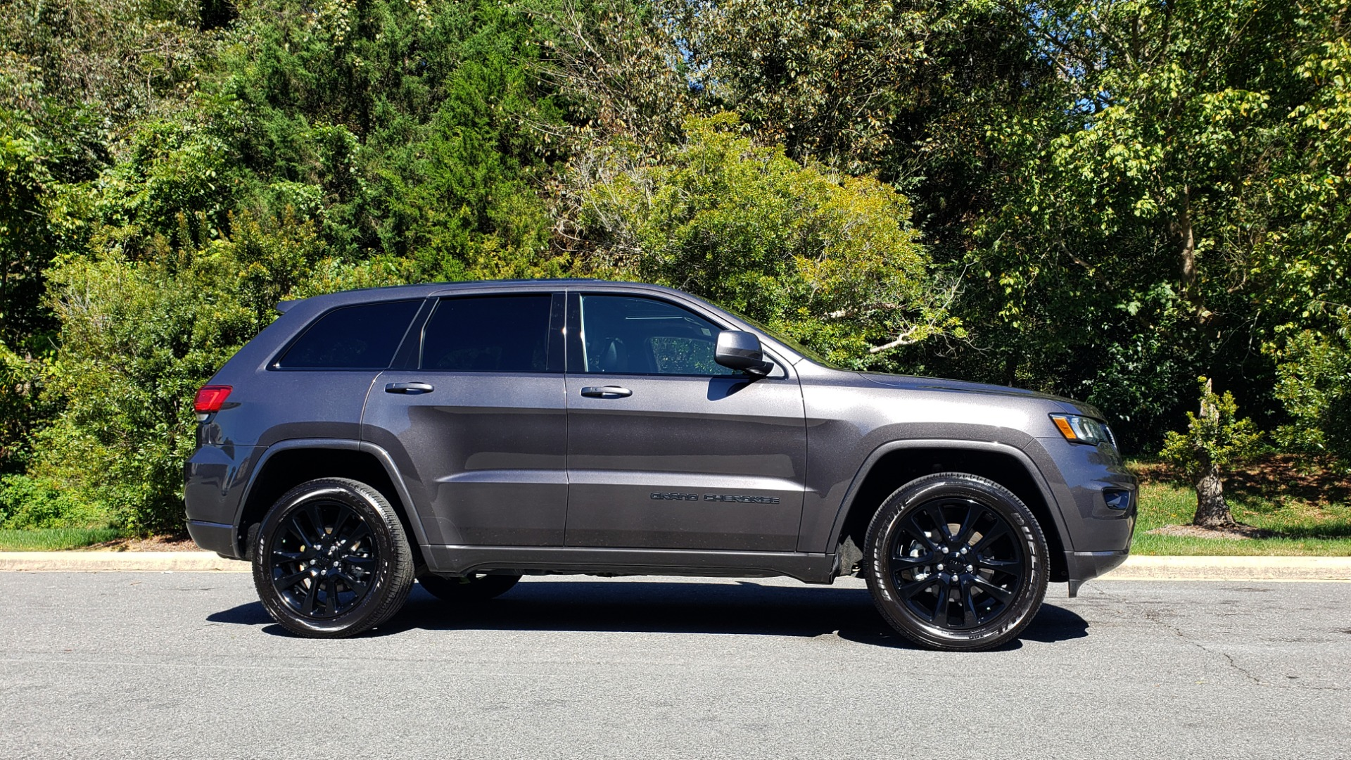 Used 2019 Jeep GRAND CHEROKEE ALTITUDE 4X4 / NAV / WIFI / SUNROOF / REARVIEW for sale $34,995 at Formula Imports in Charlotte NC 28227 5