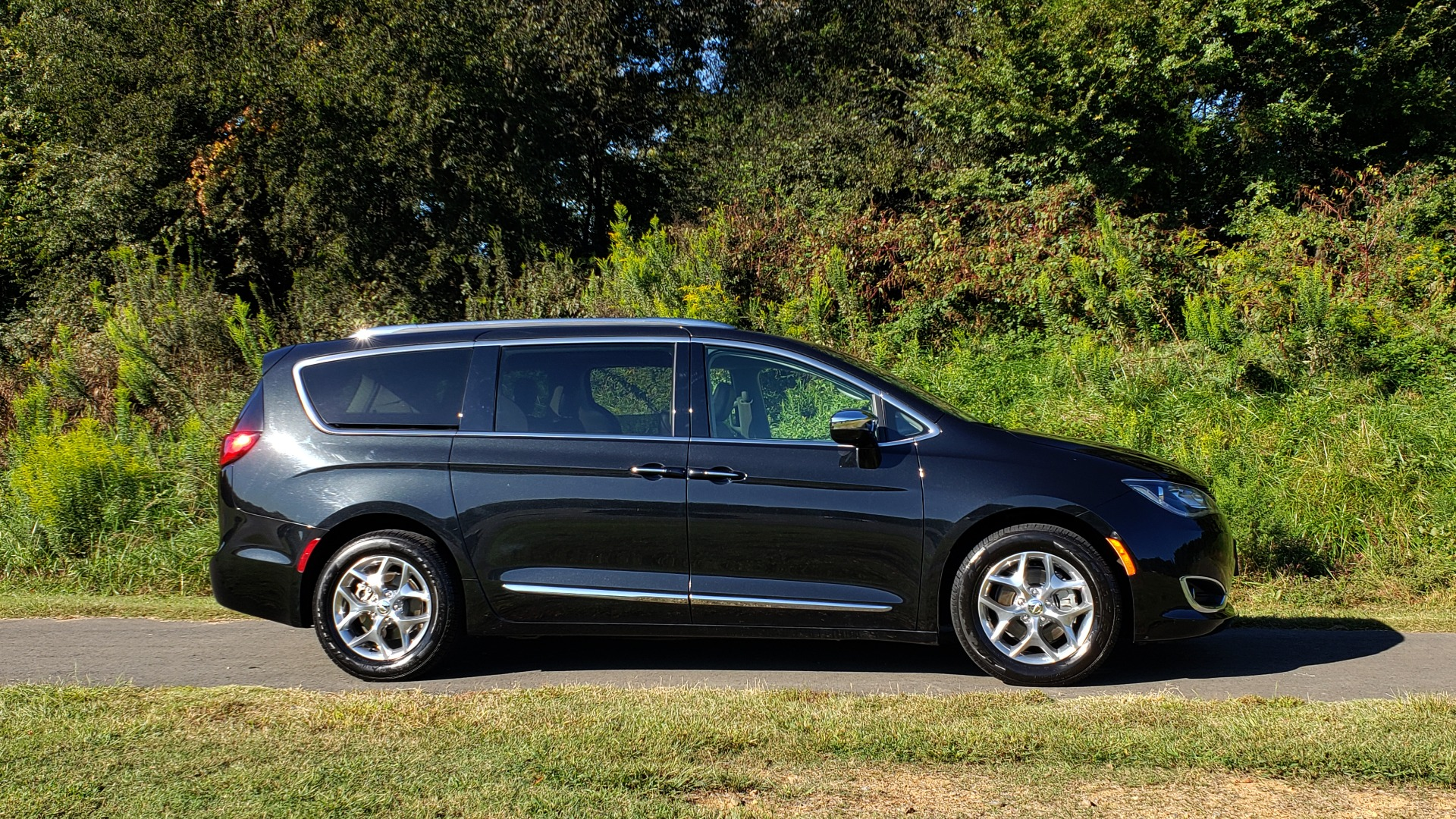 Used 2018 Chrysler PACIFICA LIMITED / 3.6L V6 / NAV / PANO-ROOF / 3-ROWS / REARVIEW for sale Sold at Formula Imports in Charlotte NC 28227 4