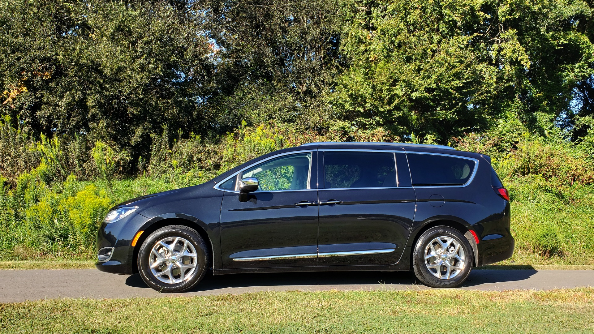 Used 2018 Chrysler PACIFICA LIMITED / 3.6L V6 / NAV / PANO-ROOF / 3-ROWS / REARVIEW for sale Sold at Formula Imports in Charlotte NC 28227 7